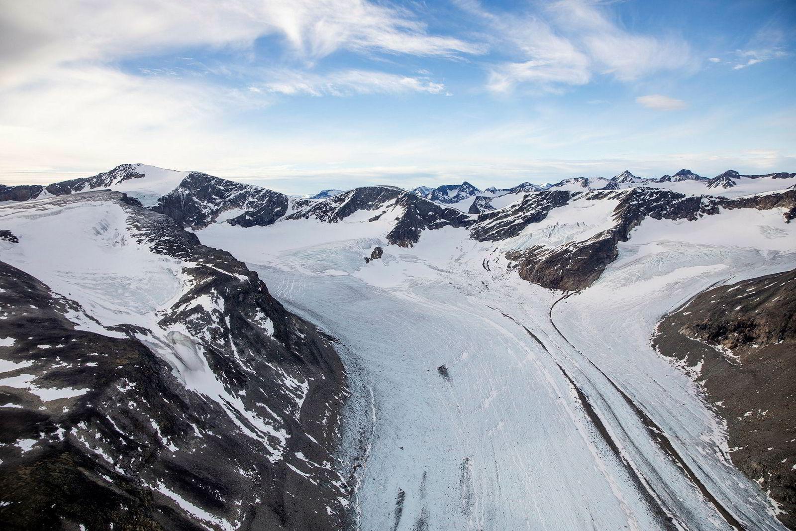En isbre i Jotunheimen sett fra helikopter. Mindre breer i den norske fjellheimen er svært utsatt når temperaturen stiger.