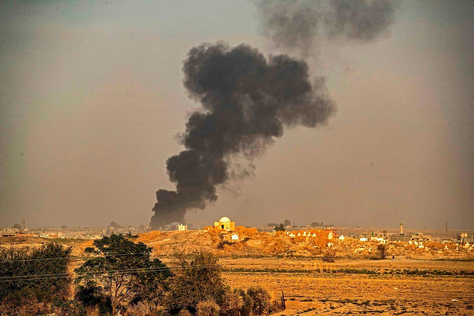 Tyrkia startet onsdag ettermiddag operasjonen «Fredens vår». Her stiger røyk opp etter bombardement av byen Ras al-Ayn, nordøst i Syria.