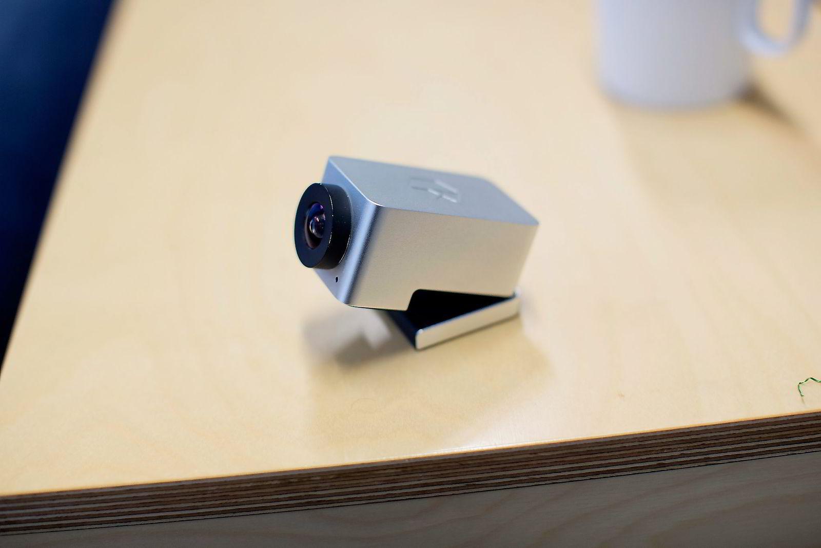 Tradisjonelle videokonferanseløsninger er gjerne store og dyre, faste installasjoner. Kubicam tror lav pris og lite format åpner for nye typer bruk. Kameraet er ikke mer enn 6,4 centimeter langt. Foto: