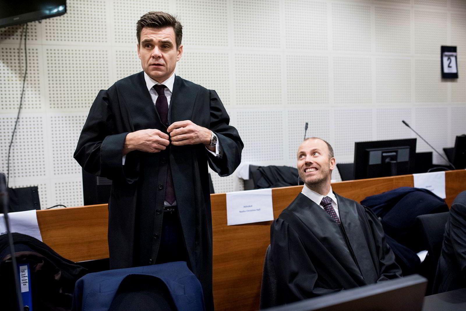 Advokat Fredrik Berg under domsavsigelsen i Yara-saken. Til høyre advokat Arild Dyngeland.
