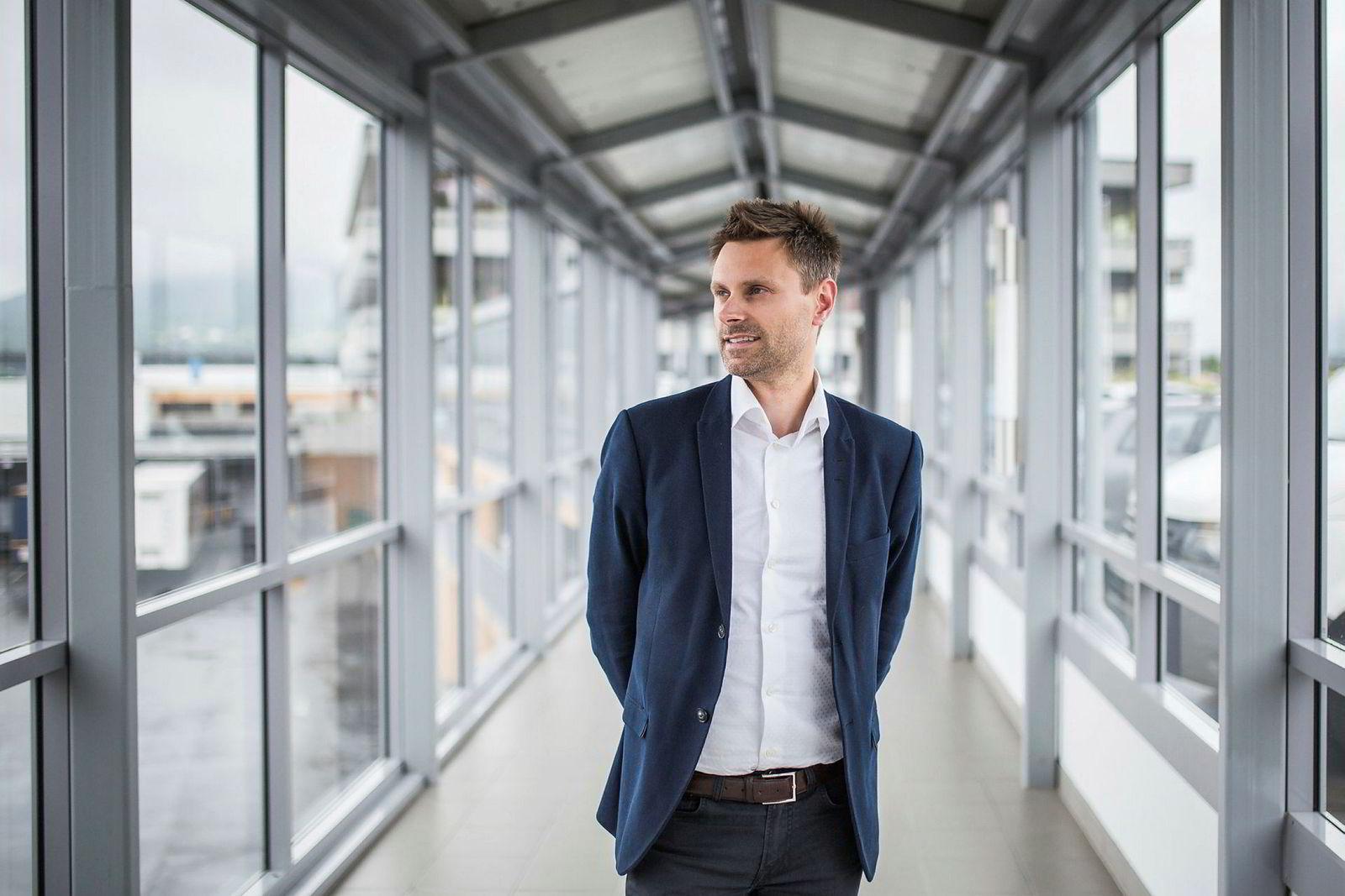 Ekornes ansatte i fjor en egen digitaldirektør for første gang. Øystein Vikingsen Fauske forteller at jobben omfatter hele verdikjeden, ikke bare robotisering av produksjonen, en prosess som fortsetter.