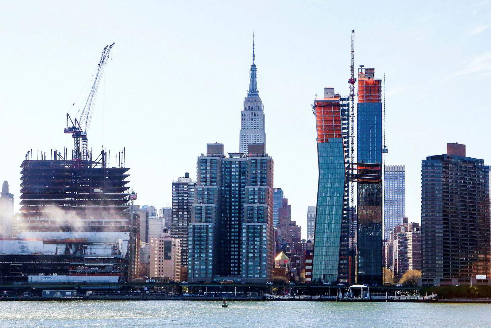 The American Copper Buildings (tredje bygg til venstre) under bygging. Prosjektet består av to skyskapere med en «himmelbro» som knytter den sammen.