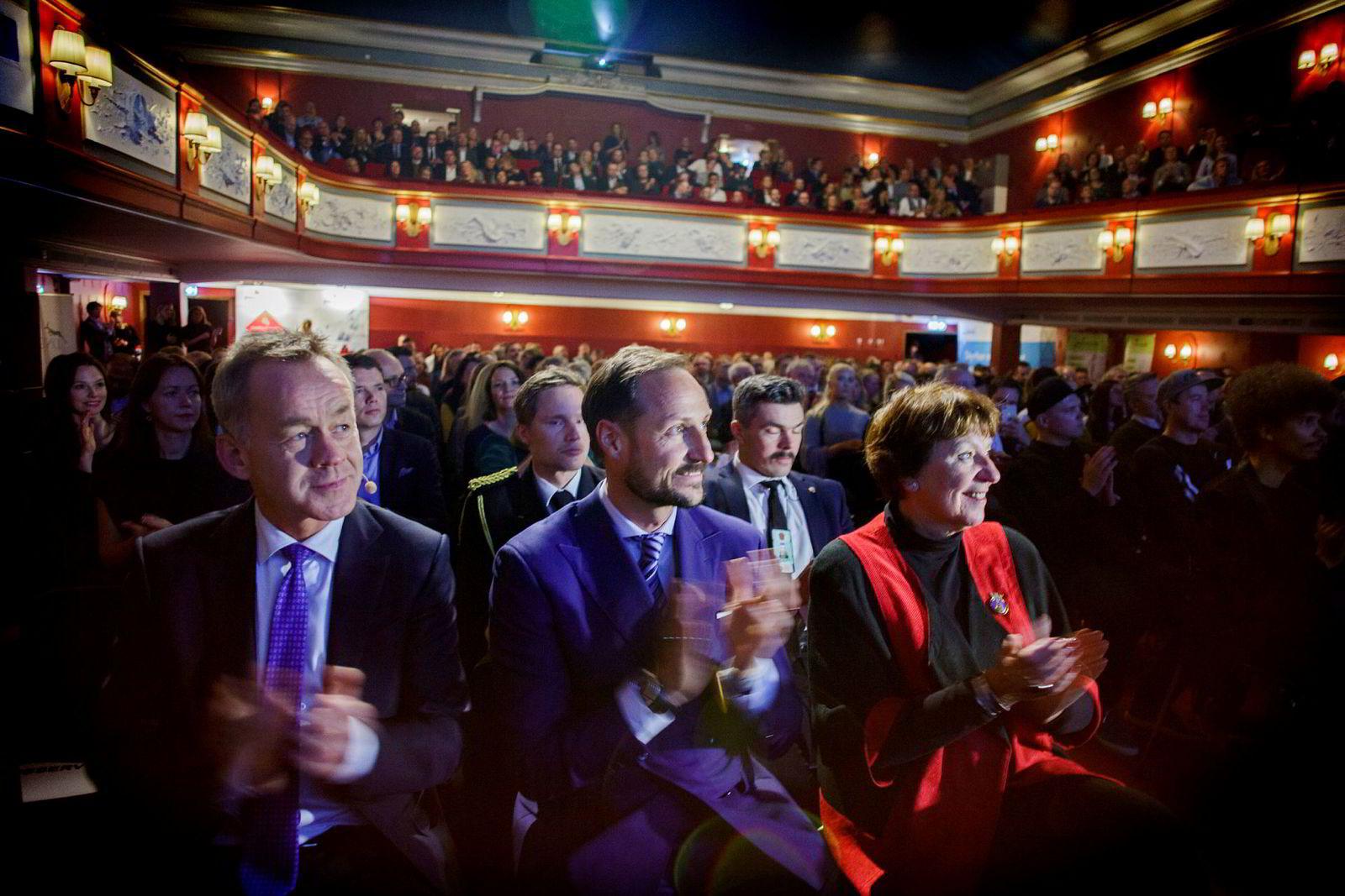 Sjefredaktør Amund Djuve (til venstre) sammen med prisutdeler kronprins Haakon Magnus og Oslo-ordfører Marianne Borgen i Christiania Theater.