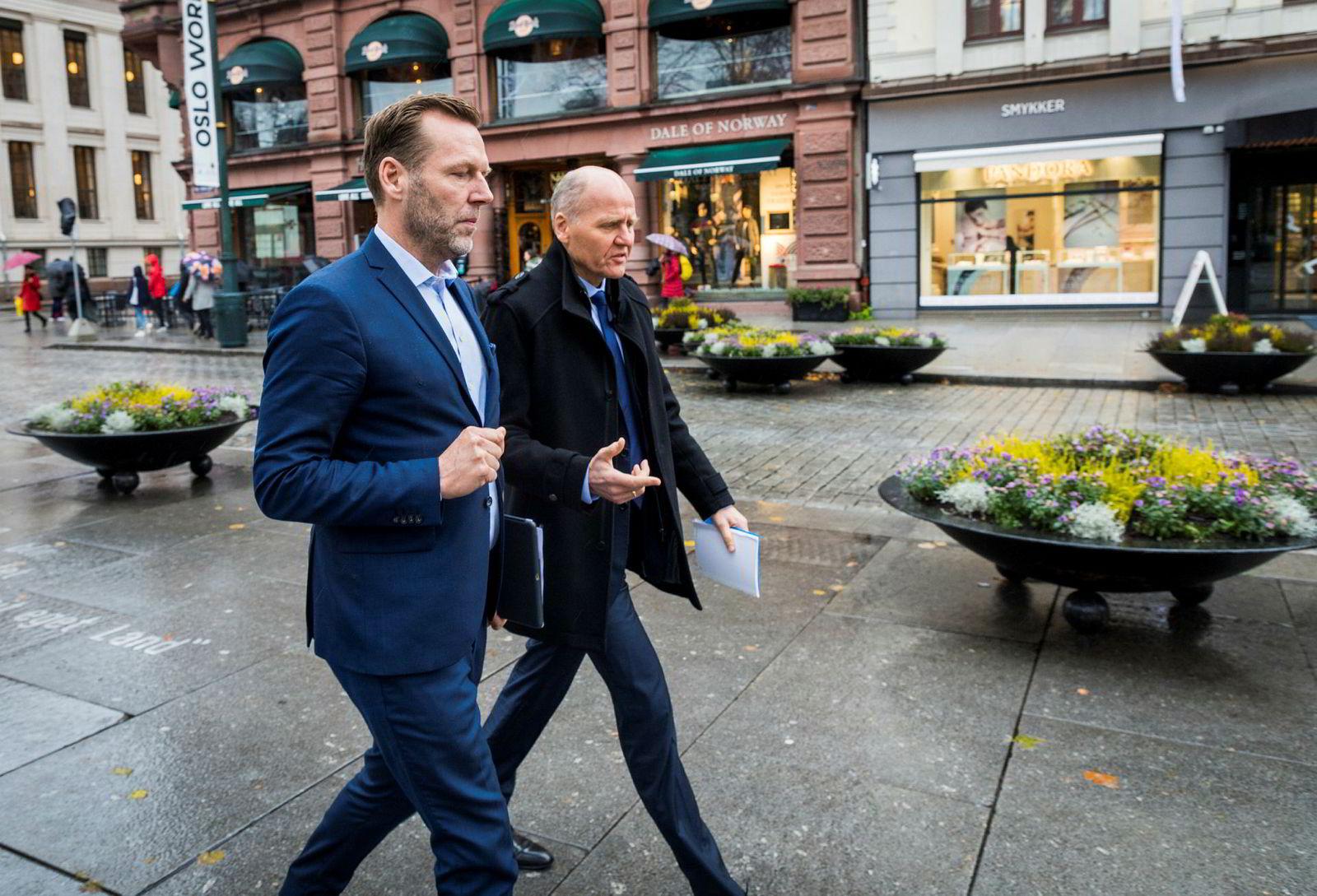 – Dennelind rapporterte til meg da han var administrerende direktør i Digi i Malaysia, sier konsernsjef Sigve Brekke i Telenor. Her på vei opp Karl Johans gate.
