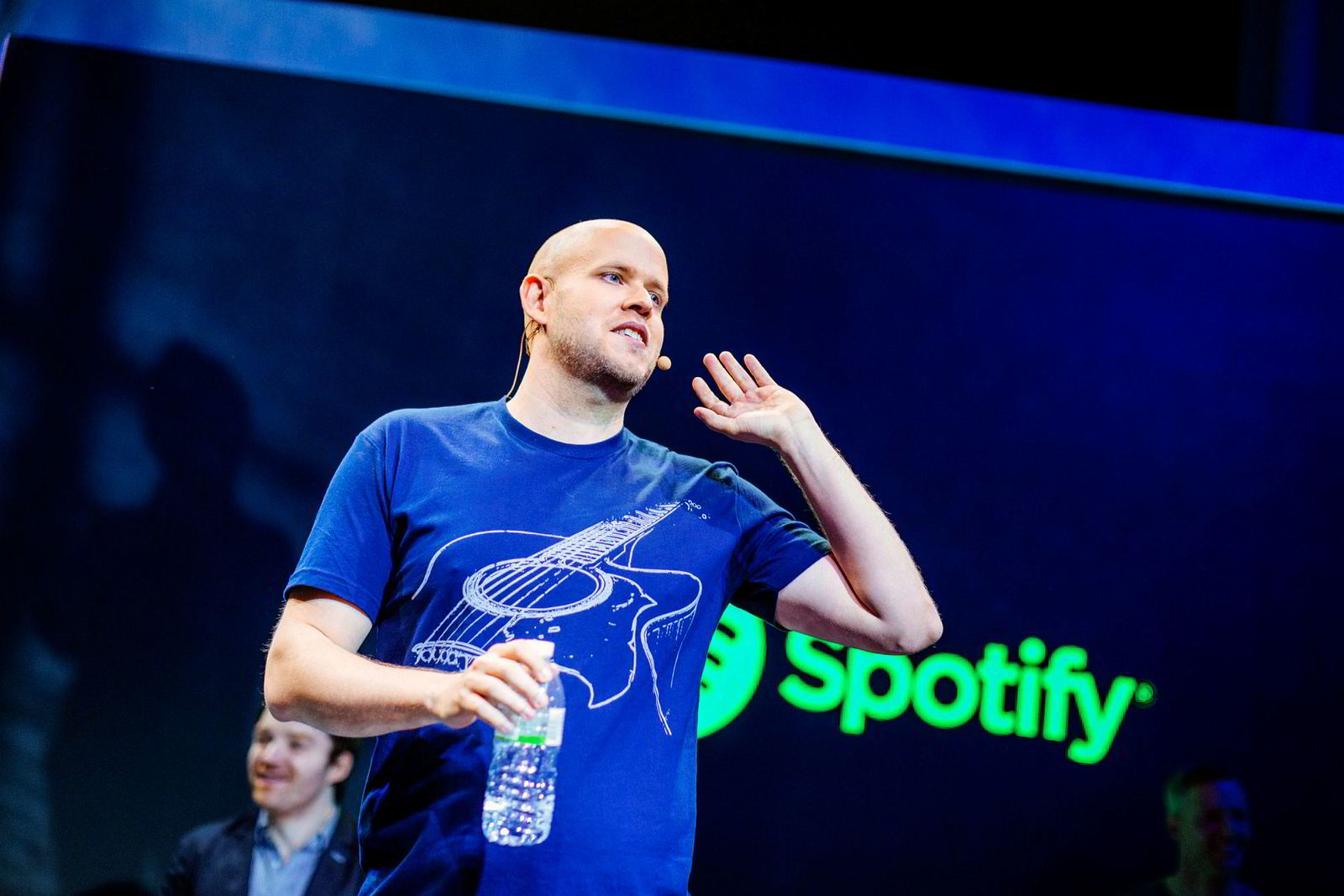 I sitt forrige brev til aksjonærene tok Daniel Ek og Spotify opp problemet med falske brukere og manipulering av strømmetall. – Vi fortsetter arbeidet med å identifisere brukere vi anser for å være «falske» fra tallene vi rapporterer. Dette inkluderer, men er ikke begrenset til, bot-er og brukere som forsøker å manipulere strømmetall med det mål å endre royalties-utbetalinger, skriver Spotify.
