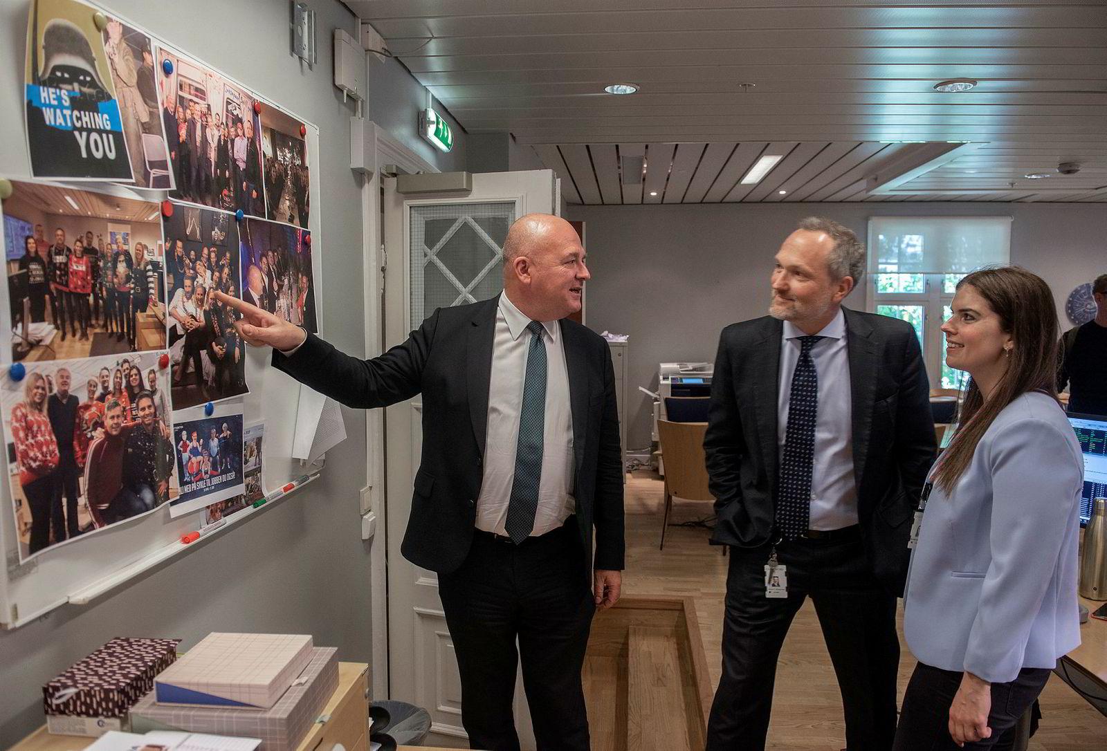 Euronext-sjef Stéphane Boujnah (til venstre) møtte før helgen de ansatte i Oslo Børs, og syntes det var gøy å se festbilder på veggene. Her sammen med børsdirektør Håvard S. Abrahamsen og Pernille Woxen Burum i børsens avdeling for markedsovervåkning.