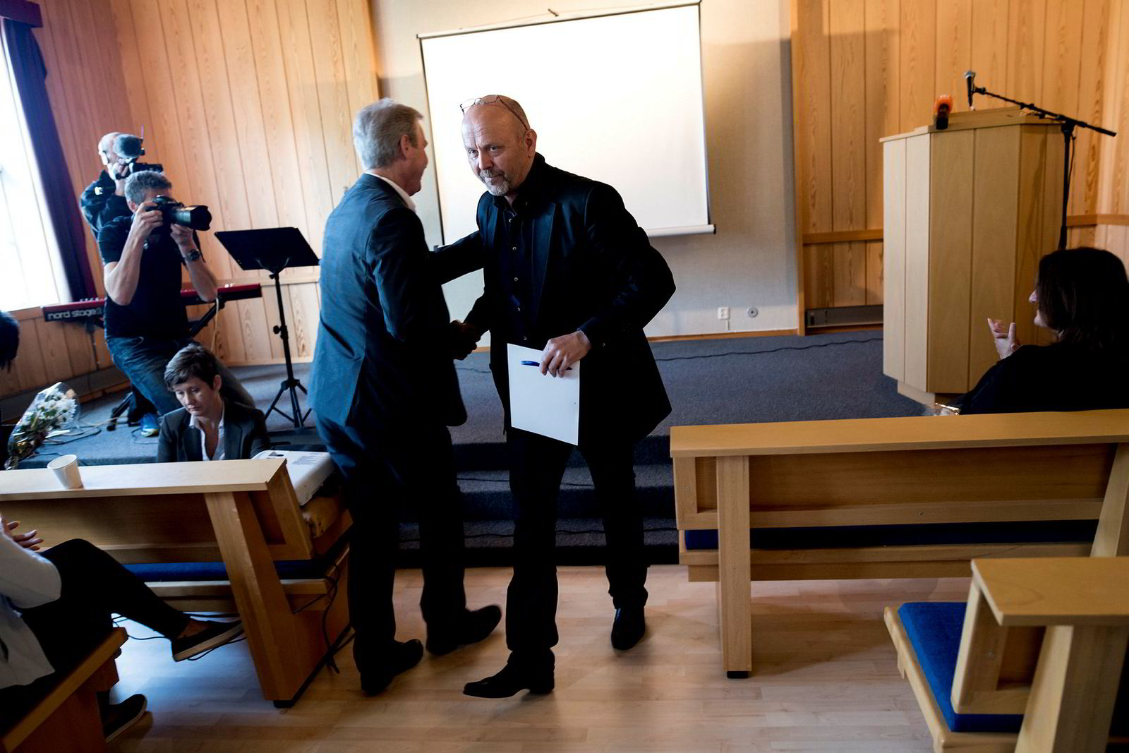 Tirsdag lansertede den lokale investoren Bjørn Rygg , til høyre, de nye planene for Daleutbygging i kapellet sammen med prosjektleder Kolbjørn Jensen i Link Arkitekter (med ryggen til).