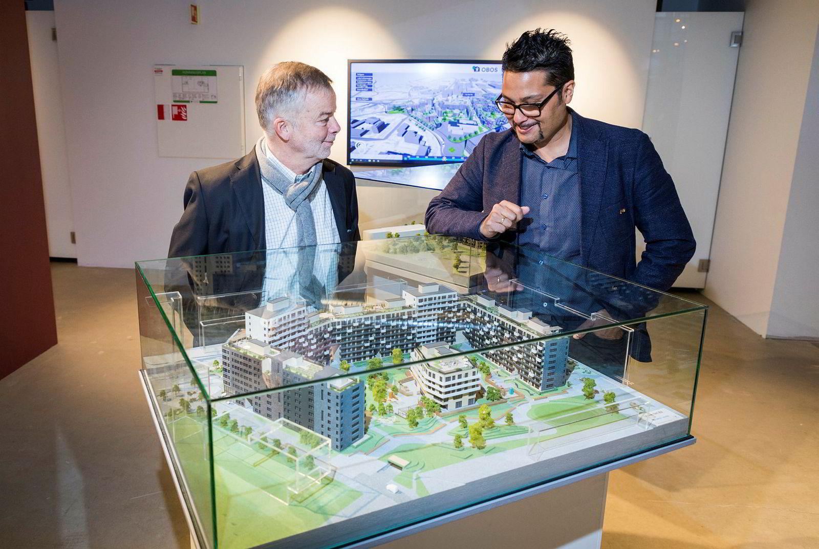 Obos har investert i en 280 mål stor tomt på Ulven i Oslo, og planlegger å bygge opptil 3000 boliger og 200.000 kvadratmeter næring. Veidekke-sjef Arne Giske (til venstre) og konsernsjef i Obos Daniel K. Siraj med en modell av første utbyggingstrinn.