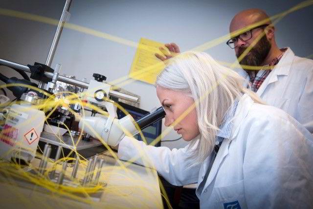 Vi får alle «midlertidig diabetes» på operasjonsbordet. Tine Almås Hunt (30) og Sondre Volden (40) forsøker å utvikle ny teknologi som skal måle blodsukkeret kontinuerlig.