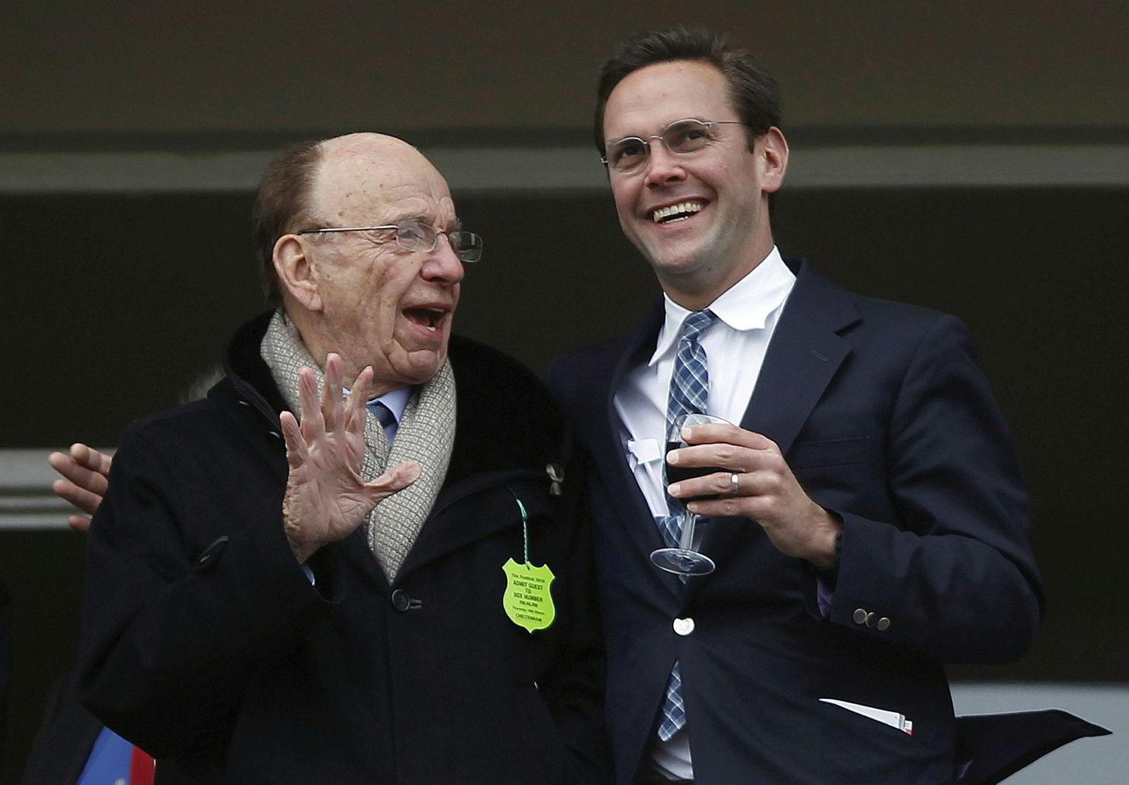 James Murdoch (t.h.), her med sin far, News Corp-eier og grunnlegger, Rupert Murdoch under et hesteveddeløp i England i 2010.