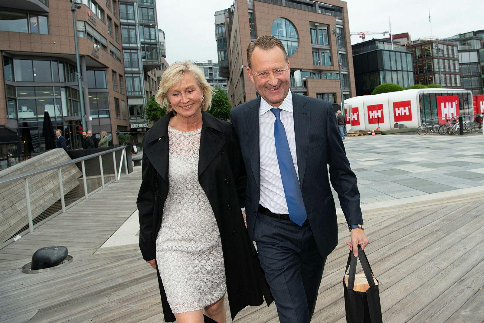 Solveig og Bjørn Rune Gjelsten deltok på festen. Hva de hadde med i posen var en hemmelighet, men formen på boksen av tre kan tyde på en bedre vin.
