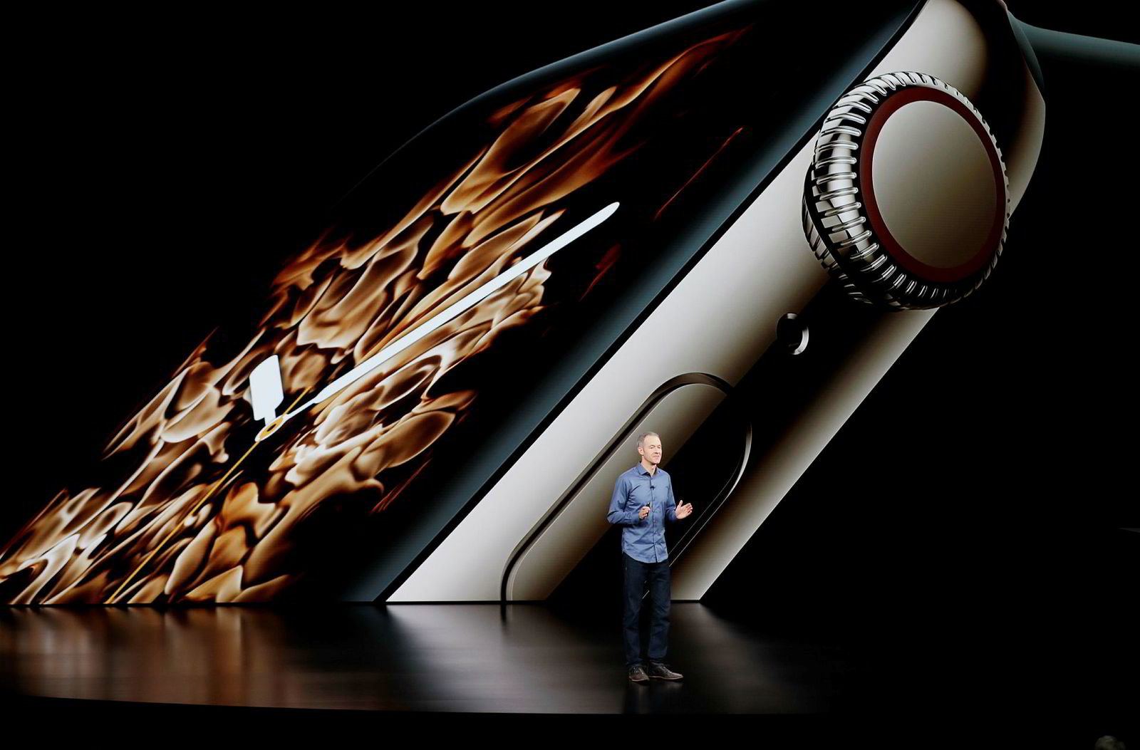 Apples driftsdirektør Jeff Williams viser frem Apple Watch Series 4 for første gang.