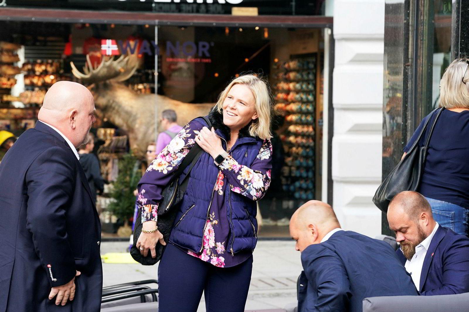Frp-nestleder Sylvi Listhaug med partifeller før det ekstraordinære landsstyremøte i partiets lokale i Karl Johans gate 25.