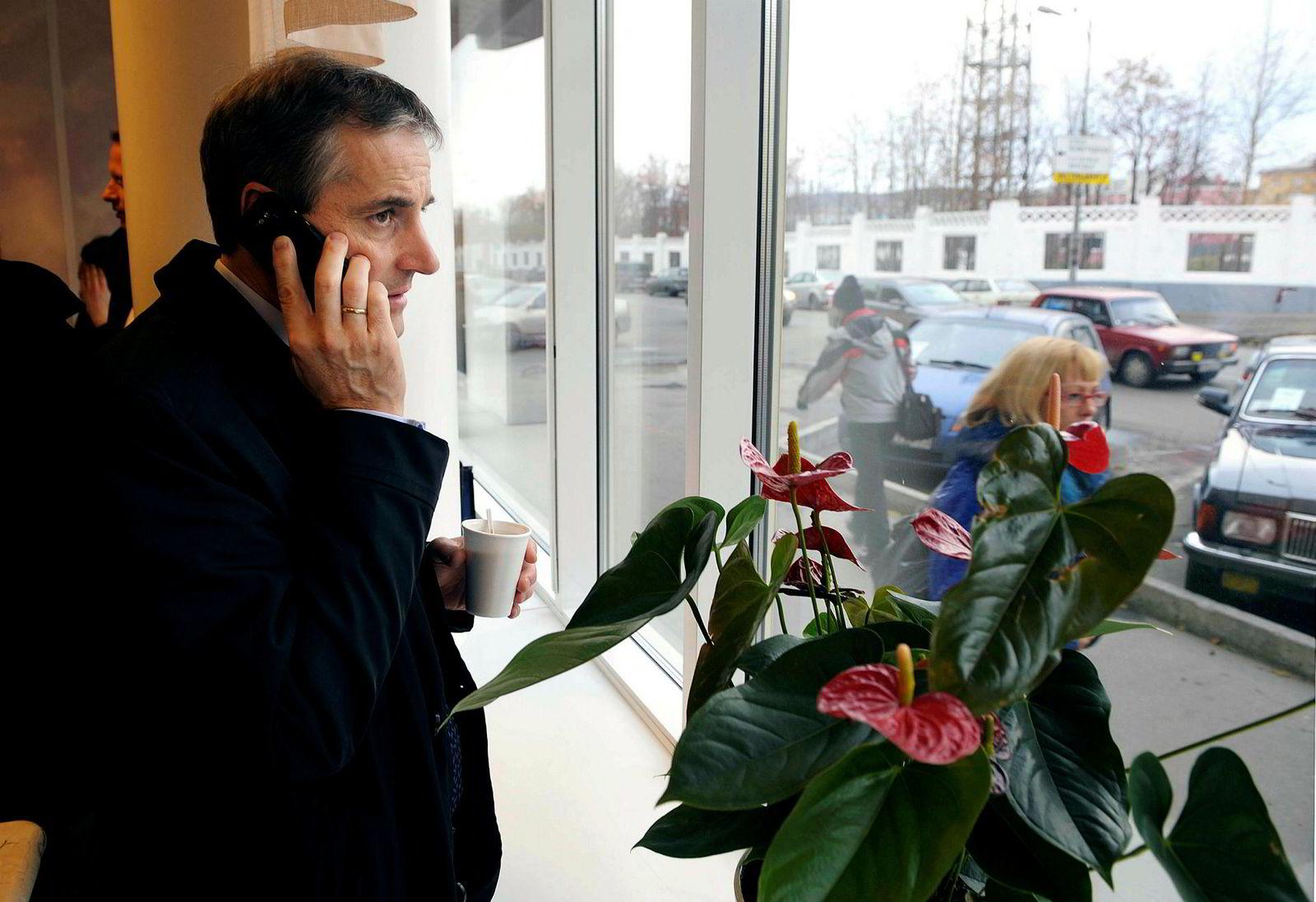 Tidligere utenriksminister Støre hadde også med jobbtelefonen til Murmansk i 2009. Her bruker han den på besøk på en russisk kaffebar.