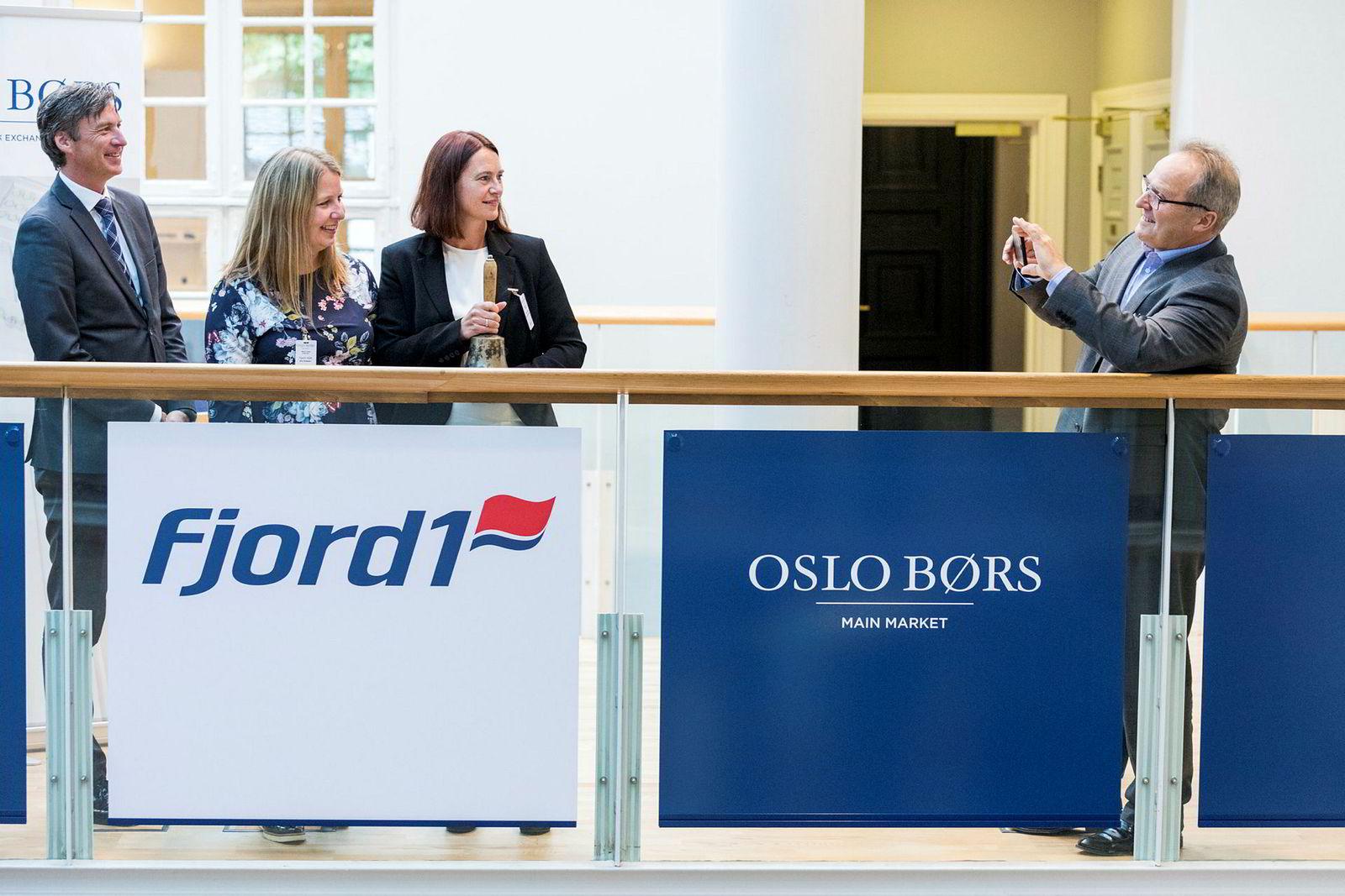 På det meste var Fjord1 verdt 5,5 milliarder kroner på børs i fjor. Nå er verdiene på 3,9 milliarder kroner, etter utbytte på 270 millioner kroner. Fra høyre: Administrerende direktør Dagfinn Neteland, finansdirektør Anne-Mari S. Bøe, økonomisjef Ane Eliassen. Til venstre: Øivind Amundsen fra Oslo Børs.