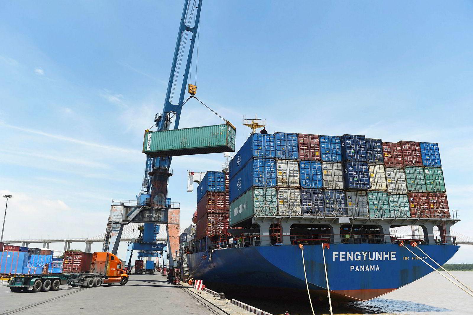 Containere lastes på et skip i den internasjonale frakthavnen i Hai Phong city i Vietnam. Analytiker mener at Vietnam og Taiwan brukes som mellomstasjoner for eksport av kinesiske varer. Dette kan eskalere handelskrigen mellom Kina og USA.