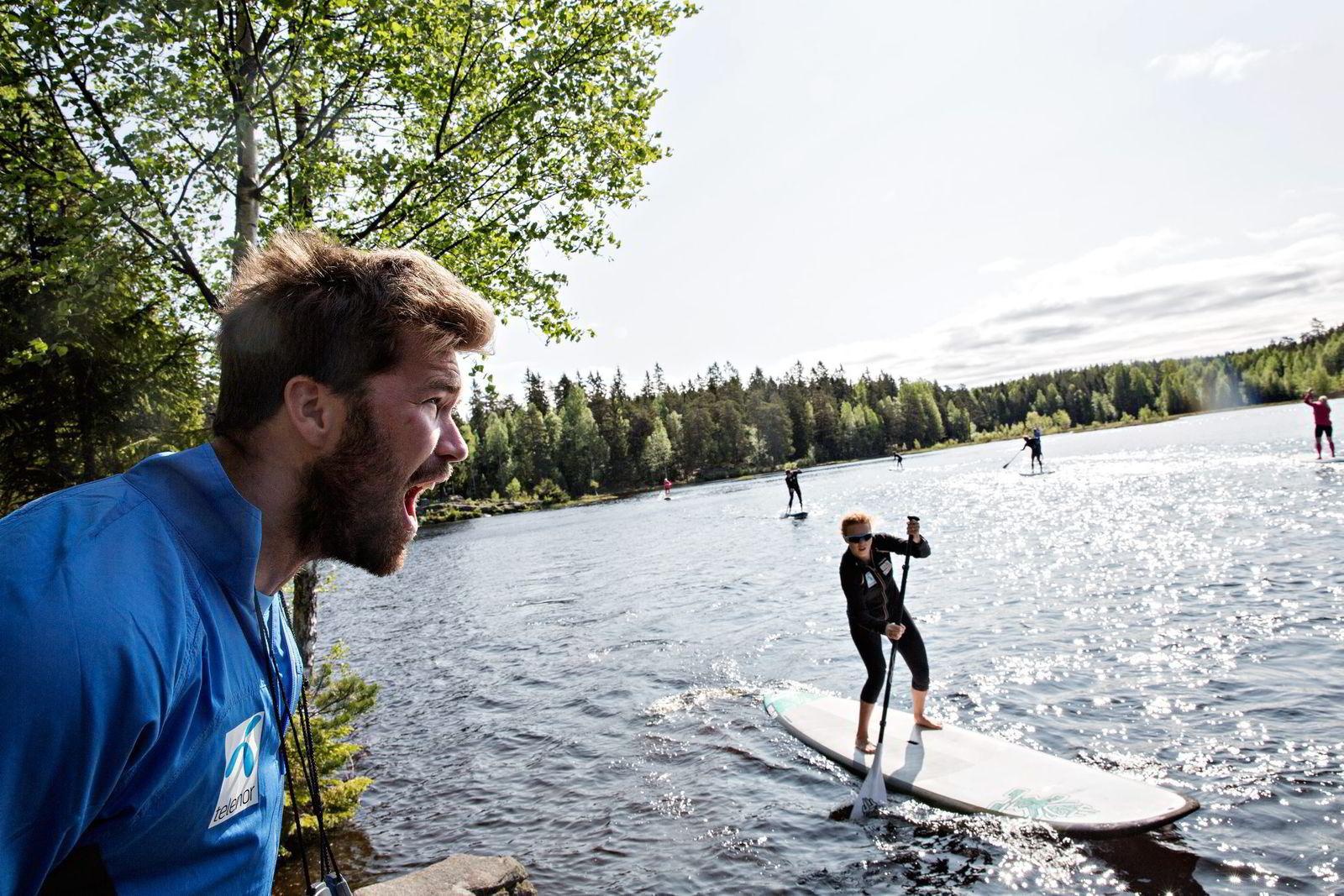 Fysisk trener Lars Mæland er sjefen når alpinistene må slite i sommermånedene. Ved Svartkulp får Kristin Lysdahl og de andre på SUP-brettene klare beskjeder. Foto: Aleksander Nordahl