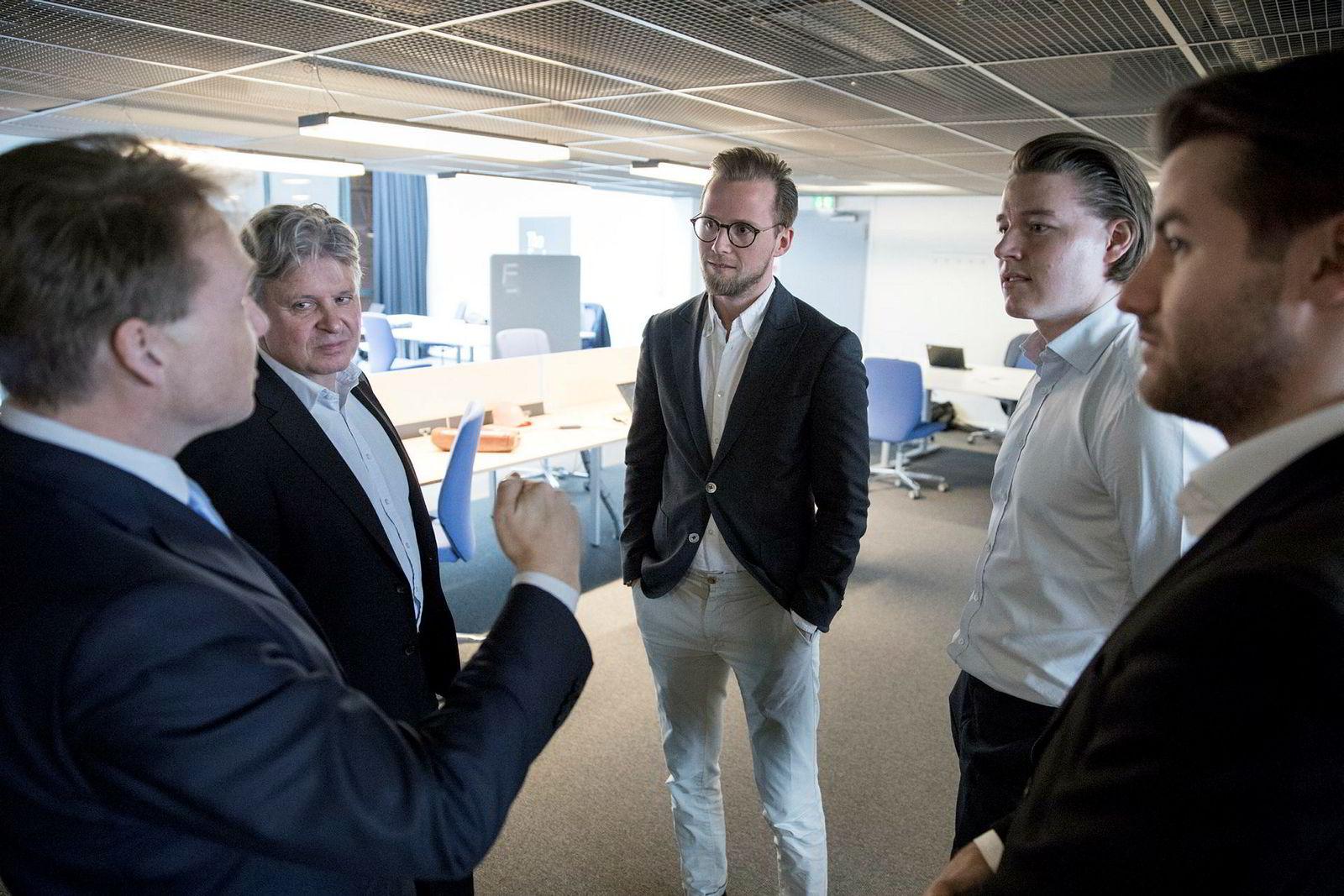 John Sætre (fra venstre) og Casper von Koskull i Nordea får forklart hvordan Bolink-gründerne Krister Koen, Joakim Dahlen og Marius Owesen vil gjøre det enklere å selge egen bolig.