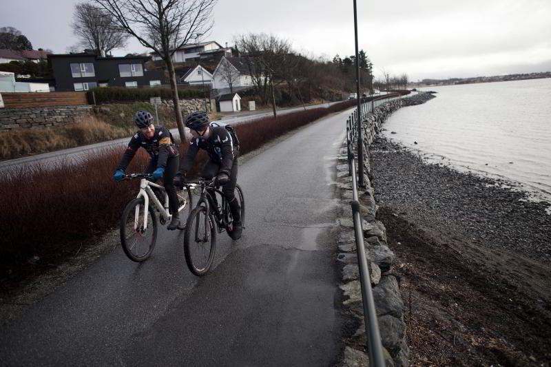 PÅ VEI TIL JOBB: Hesselberg sykler én mil til og fra jobben i Stavanger hver dag. Her sammen med kollega Kjetil Årsand. FOTO: TOMAS ALF LARSEN