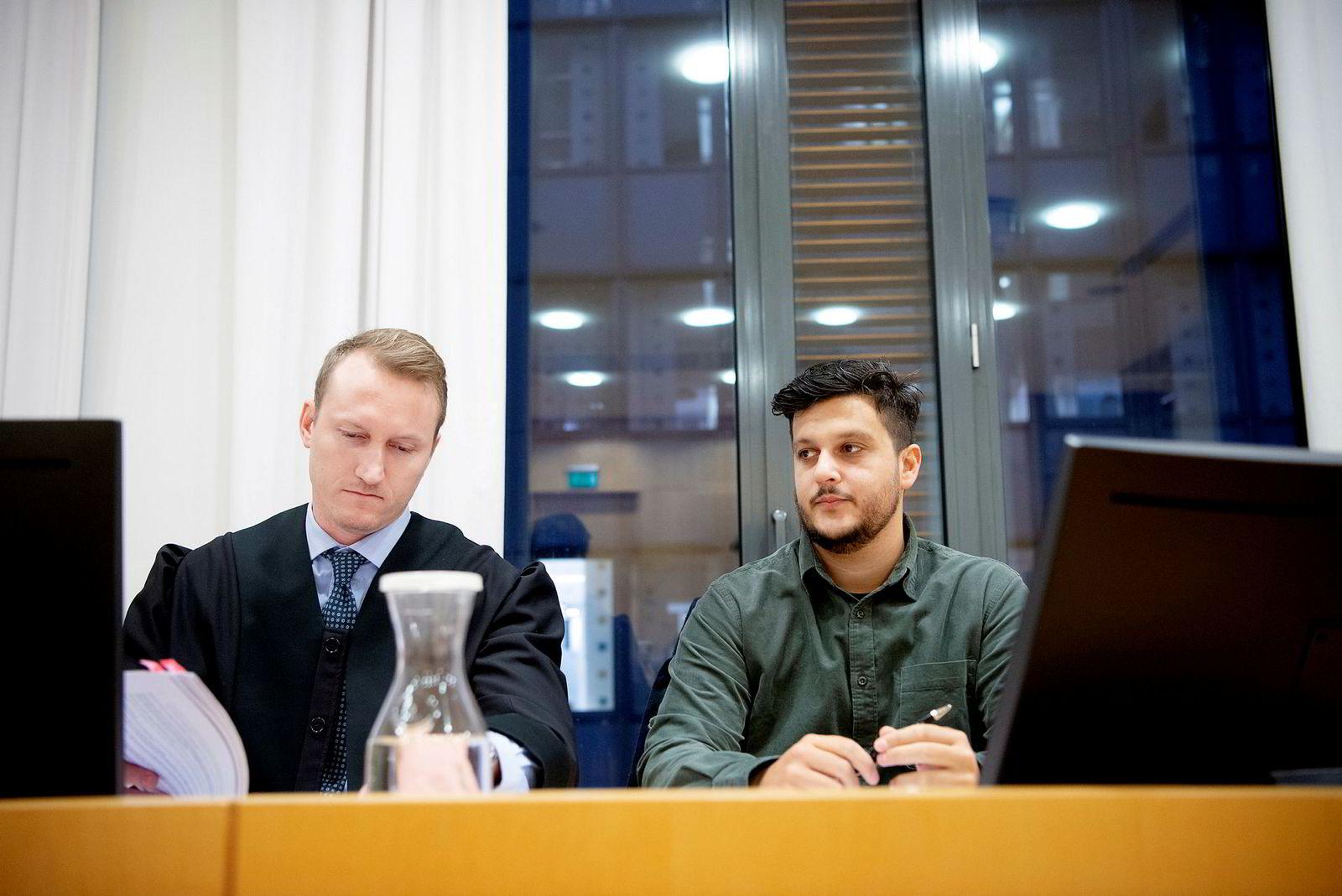 Advokat Even Næstvold (til venstre) med Gilbert Lunde som blir saksøkt. Lunde bestrider Gunnar Greves rett til å kjøpe Lundes aksjer i Mer Group as