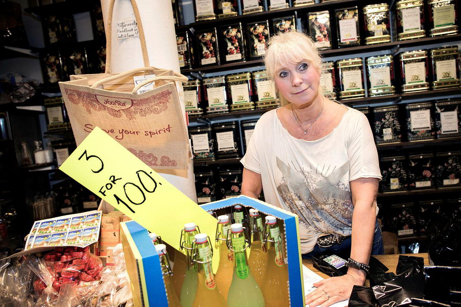 Lillan Balstad, eier av Tea and Coffee shop i Lillemarkens i Kristiansand sentrum, nekter å være med på Black Friday. Eneste tilbud fredag er tre flasker juice.