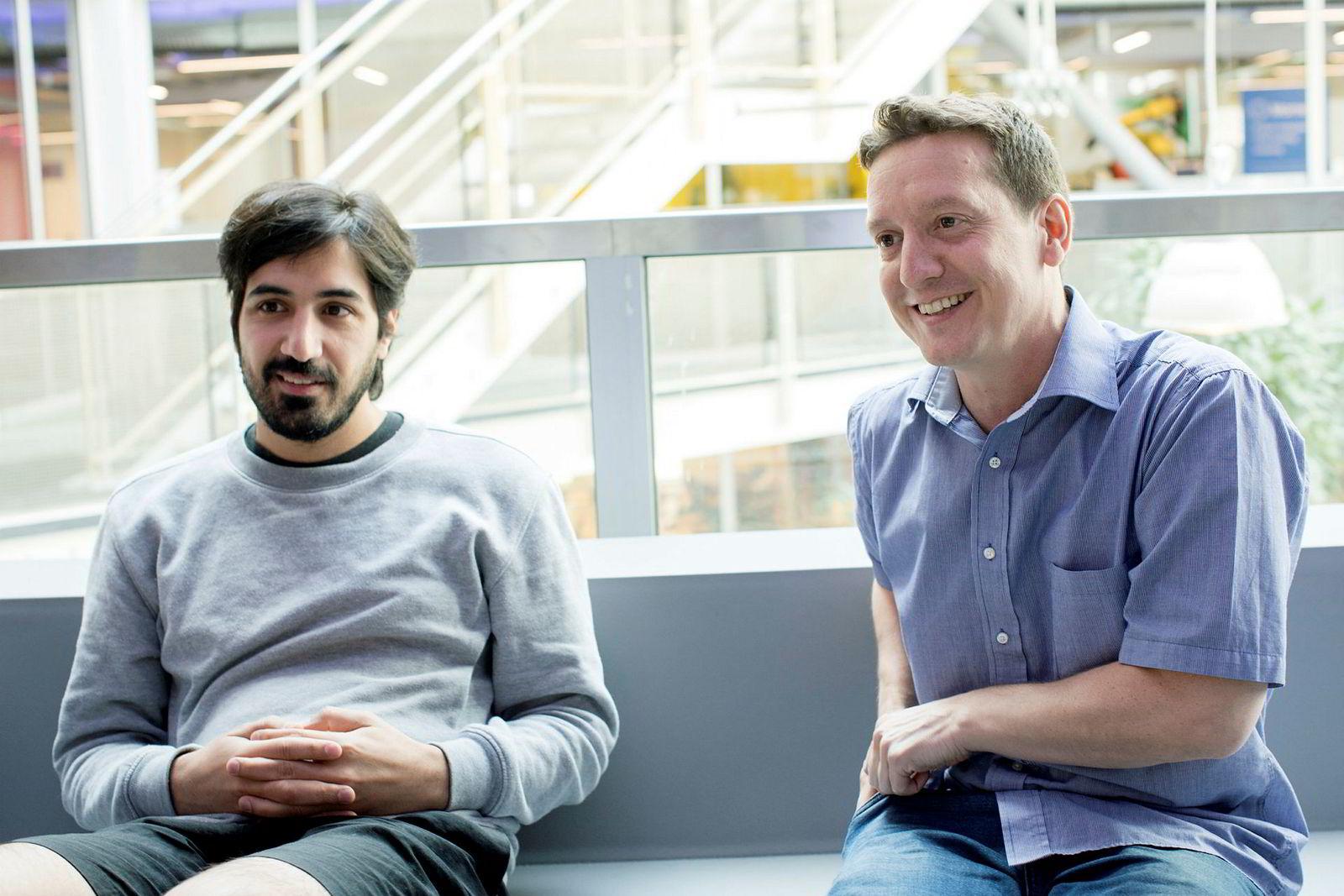 Fra venstre sitter Arash Saidi (34) og John Antonio Nilsen (43), som driver oppstartselskapet Convertelligence på Startuplab i Forskningsparken. De bygget opp selskapet med ti ansatte mens Arash var student.