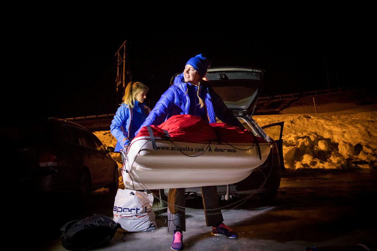 Ingeborg Kristine Lind løfter ut pulken av bilen etter å ha kommet fram til Haukelifjell sent på kvelden. Sammen med Line Sogn Plassen i bakgrunnen, ligger de to i hardtrening før de skal gå Expedition Amundsen over Hardangervidda.