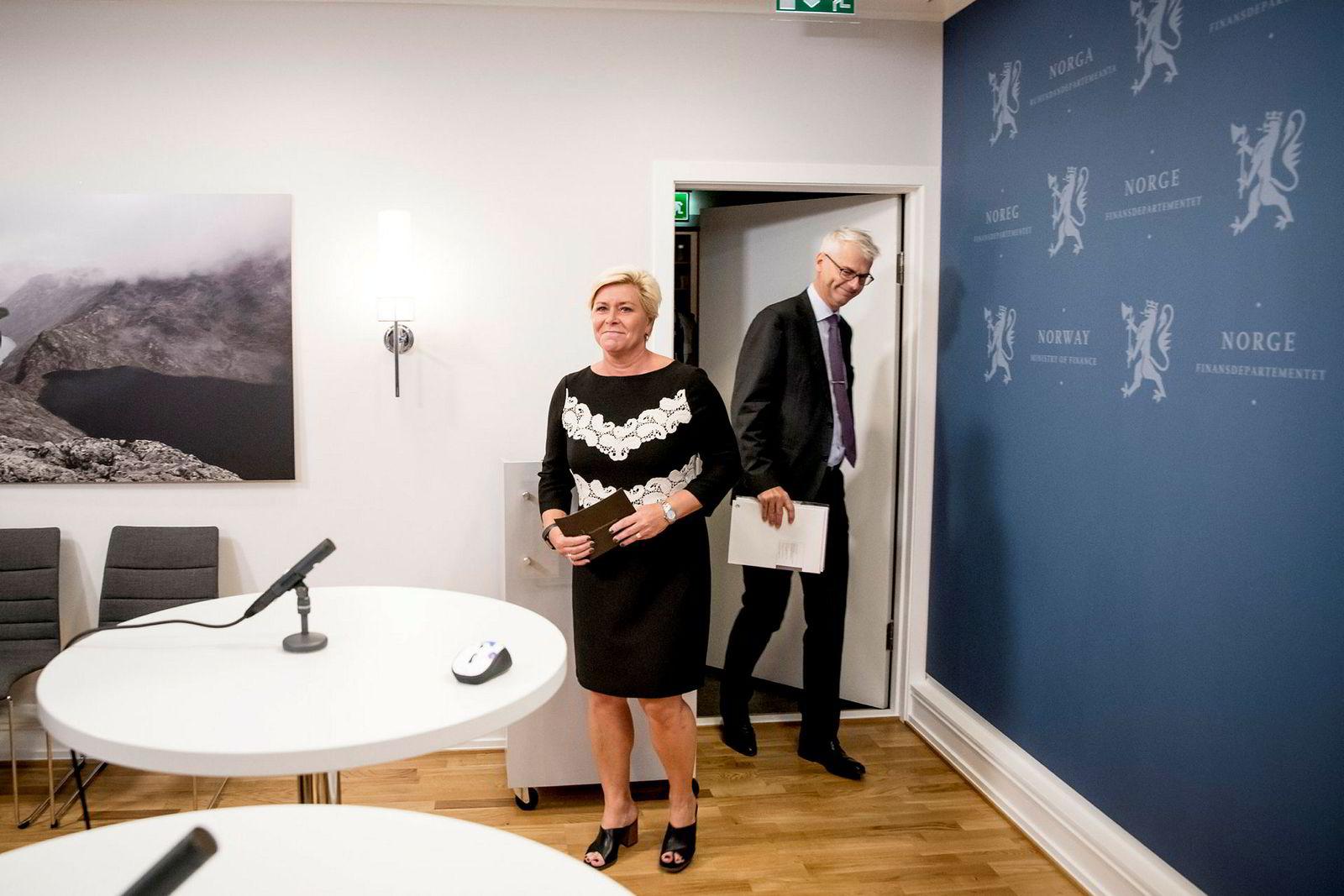 Siv Jensen fikk fredag morgen overlevert rapporten fra utvalgets leder Øystein Thøgersen som også er rektor ved NHH.