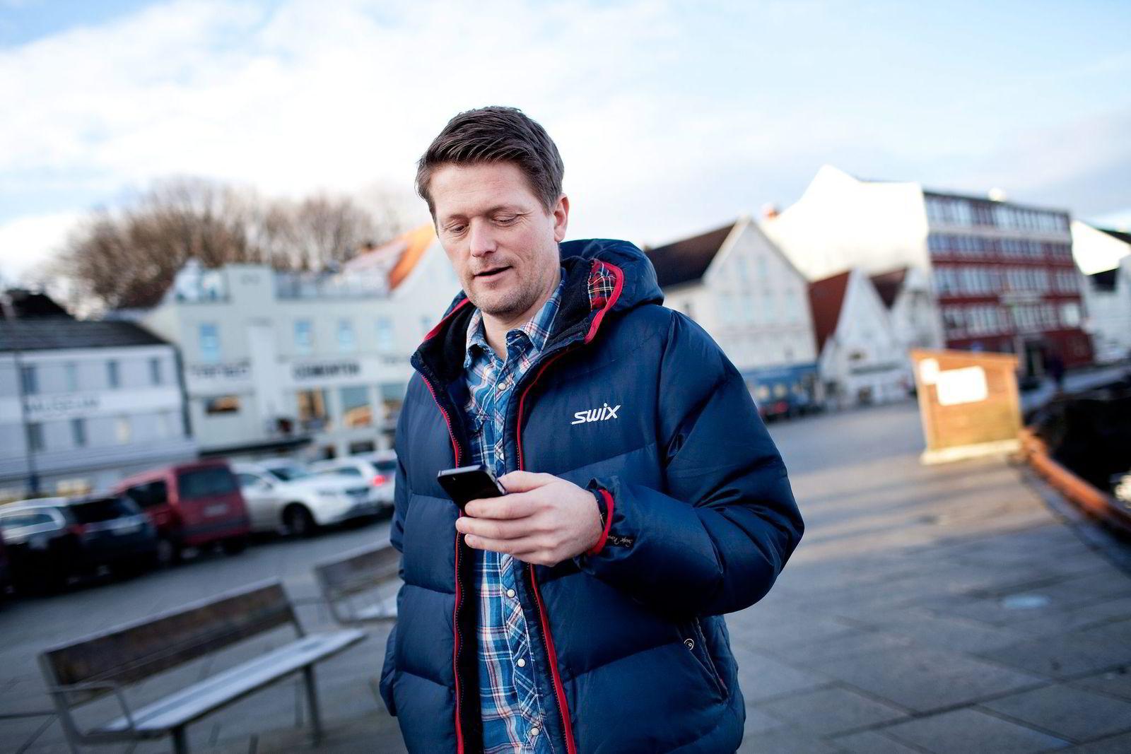 – Når jeg er hjemme og folk ringer til meg på mobilen blir de viderekoblet til svareren, sier Sveinung Skjæveland.