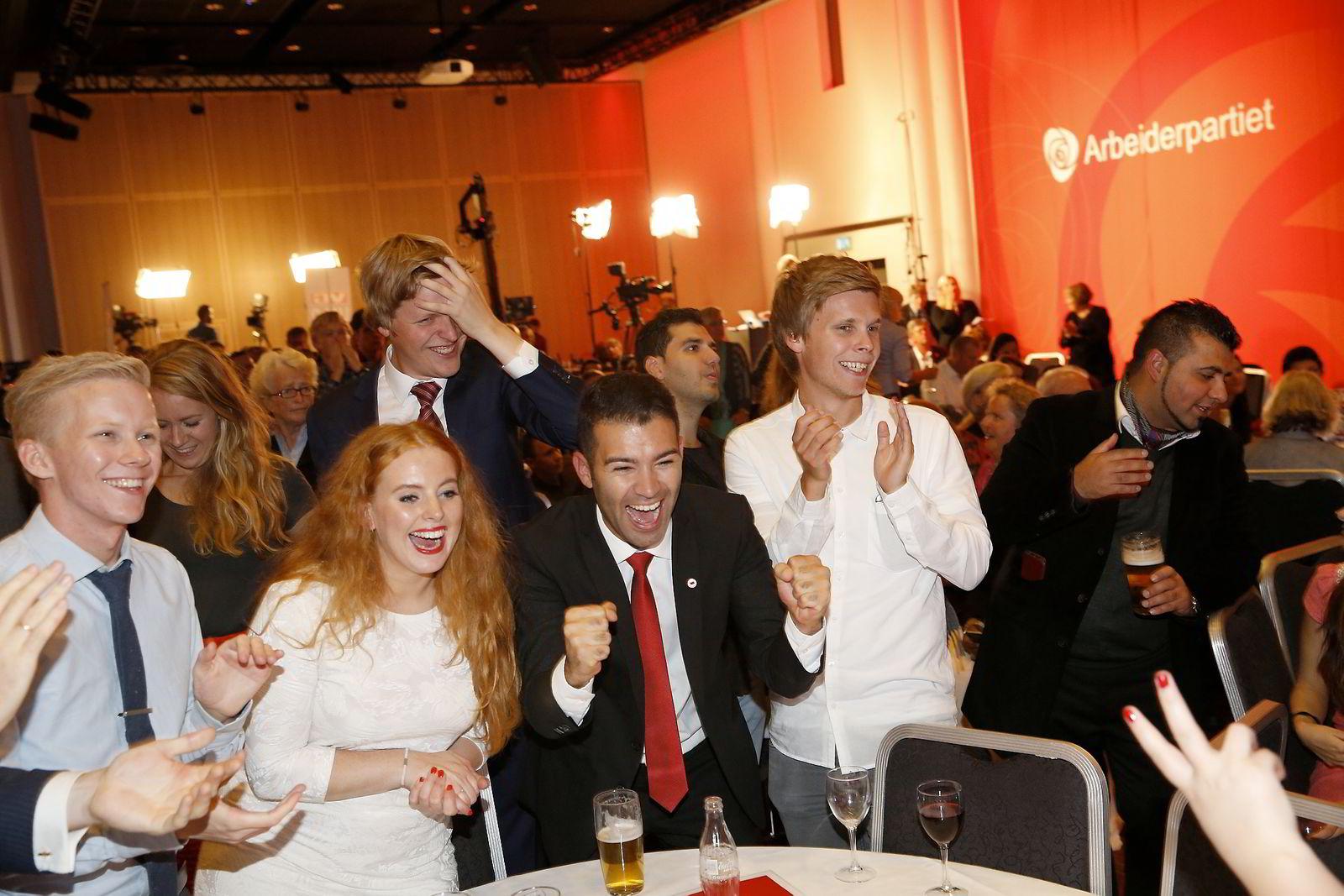 Mani Hussaini og Auf jubler på Arbeiderpartiets valgvake i Oslo.