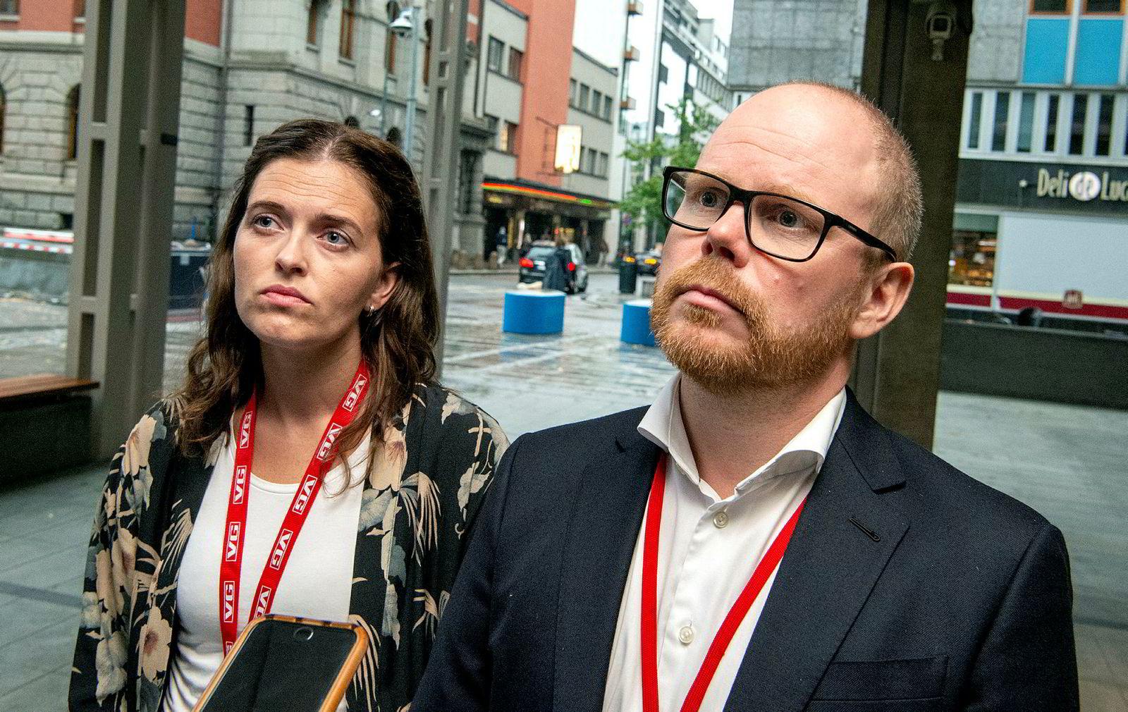 Sjefredaktør Gard Steiro og nyhetsredaktør Tora Bakke Håndlykken i VG svarte i etterkant av behandlingen på spørsmål fra pressen.