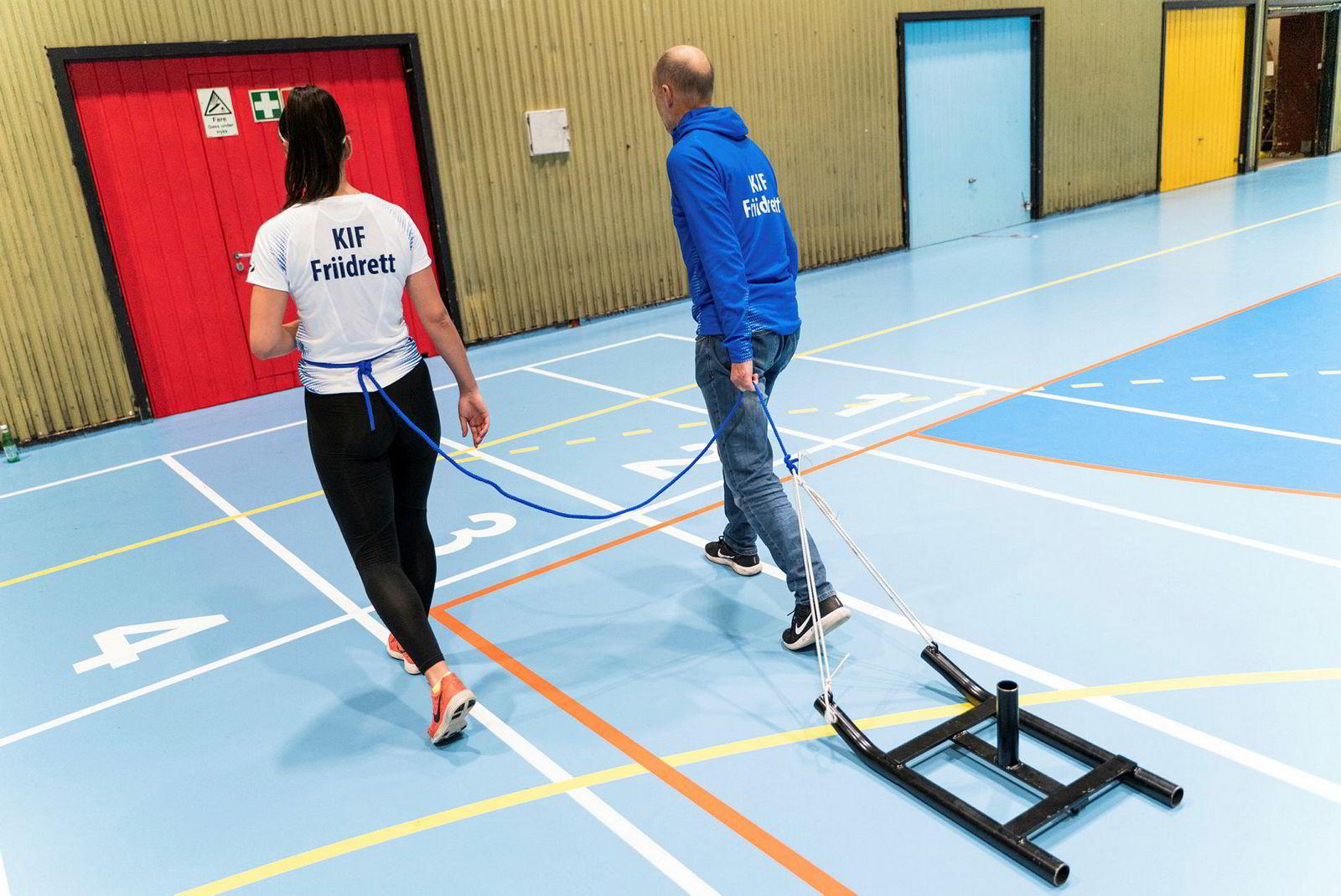 Å løpe med ekstra vekt er gøy, særlig når man etter flere løp kan ta den av å løpe uten, mener Emma Hagen Dihr. – Da får jeg nærmest en følelse av å fly! Trener Tore Breilid til høyre.