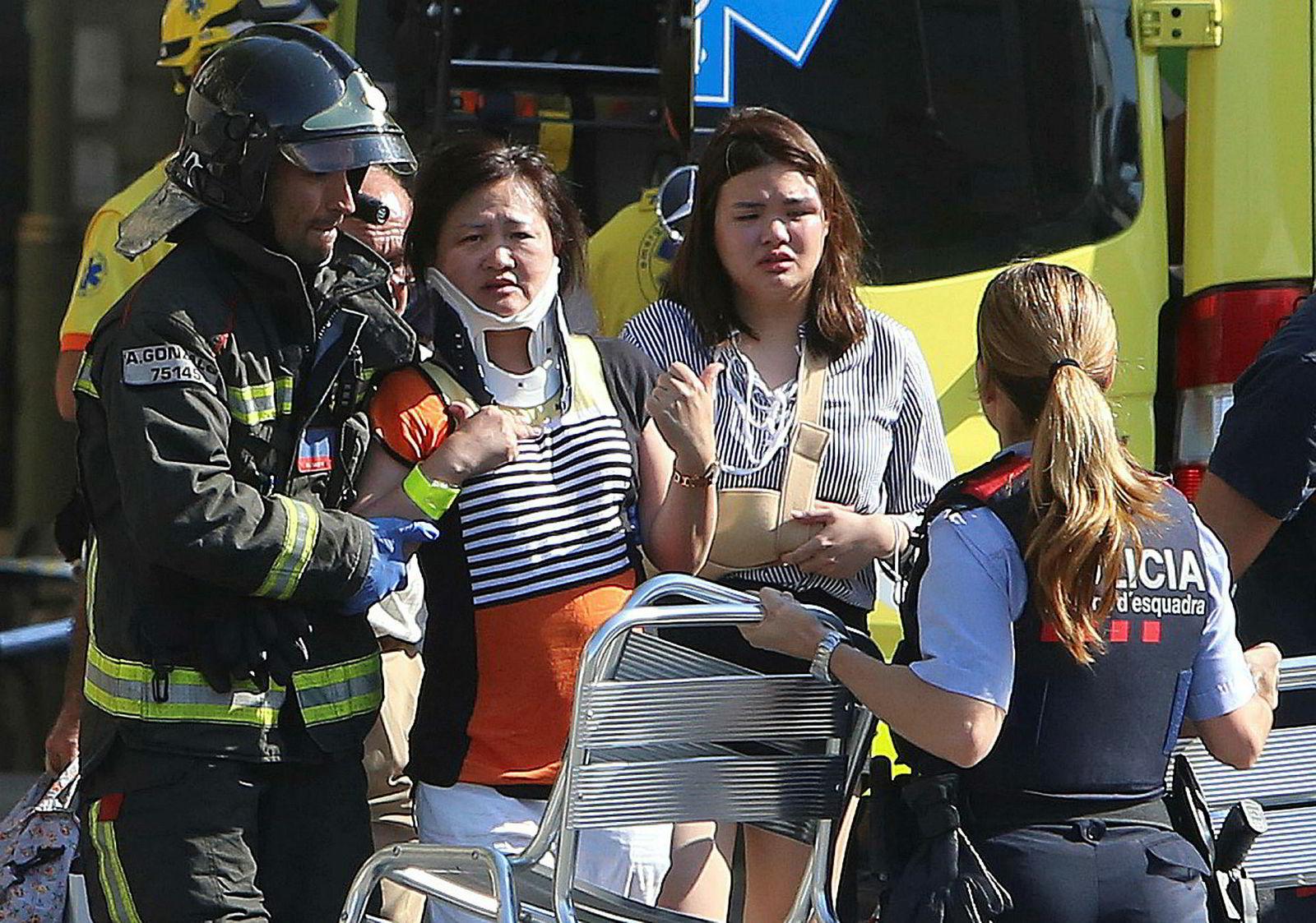 Skadede mennesker blir behandlet i Barcelona. Det er meldt om mer enn 100 skadede.