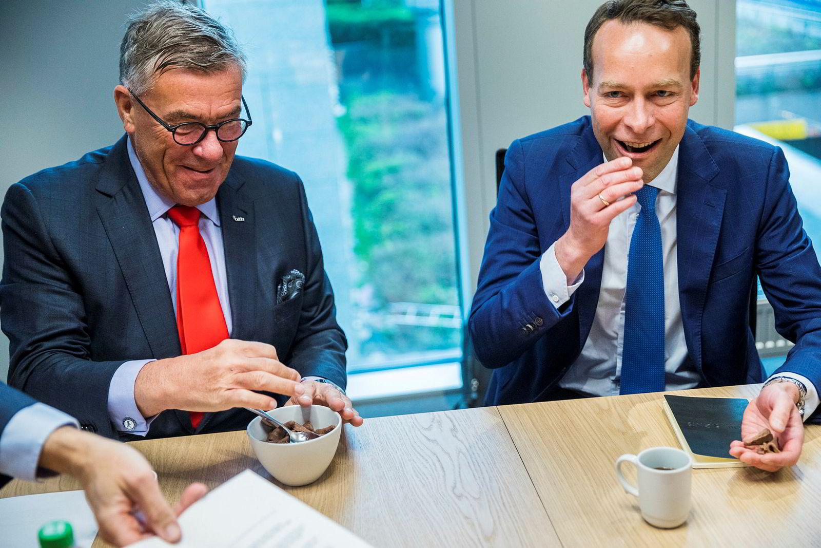 Jaan Ivar Semlitsch' favoritt er Bamsemums, men her ble han servert Smash av Orklas styreleder Stein Erik Hagen da den nåværende Elkjøp-sjefen ble presentert som ny toppsjef i Orkla.