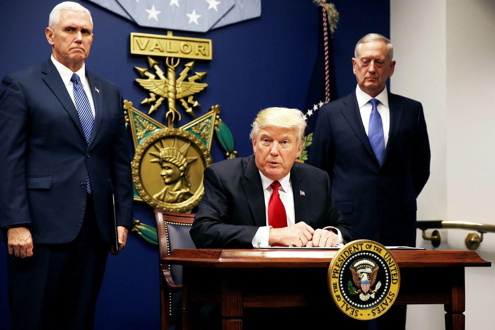USA-president Donald Trump mener atomavtalen med Iran er forkastelig og vil sanksjonere seg til reforhandlinger. Her med visepresident Mike Pence (t.v.) og forsvarssjef Jim Mattis.