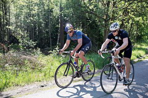 Aksel Lund Svindal (til venstre) og Aleksander Aamodt Kilde sykler motbakkeintervaller.
