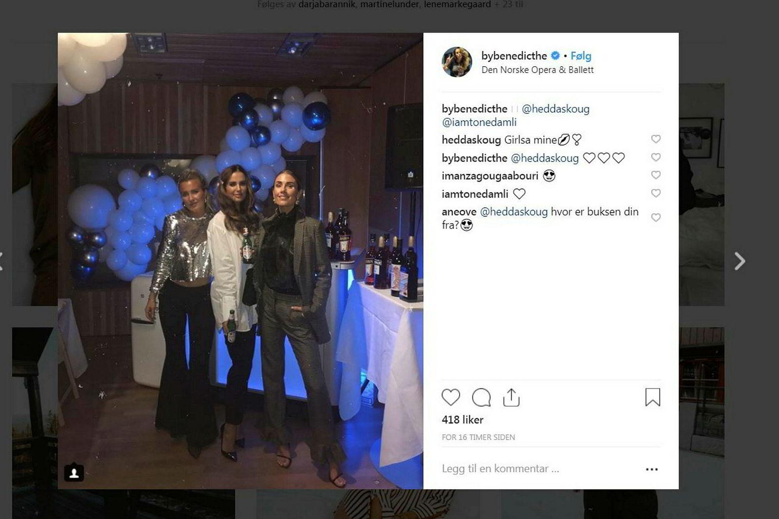 Hedda Skoug, Benedicthe Bjerke og Tone Damli Aaberge var til stede på middagsfesten på Operaen. Legg merke til alle alkohol- og ølproduktene i bakgrunnen.
