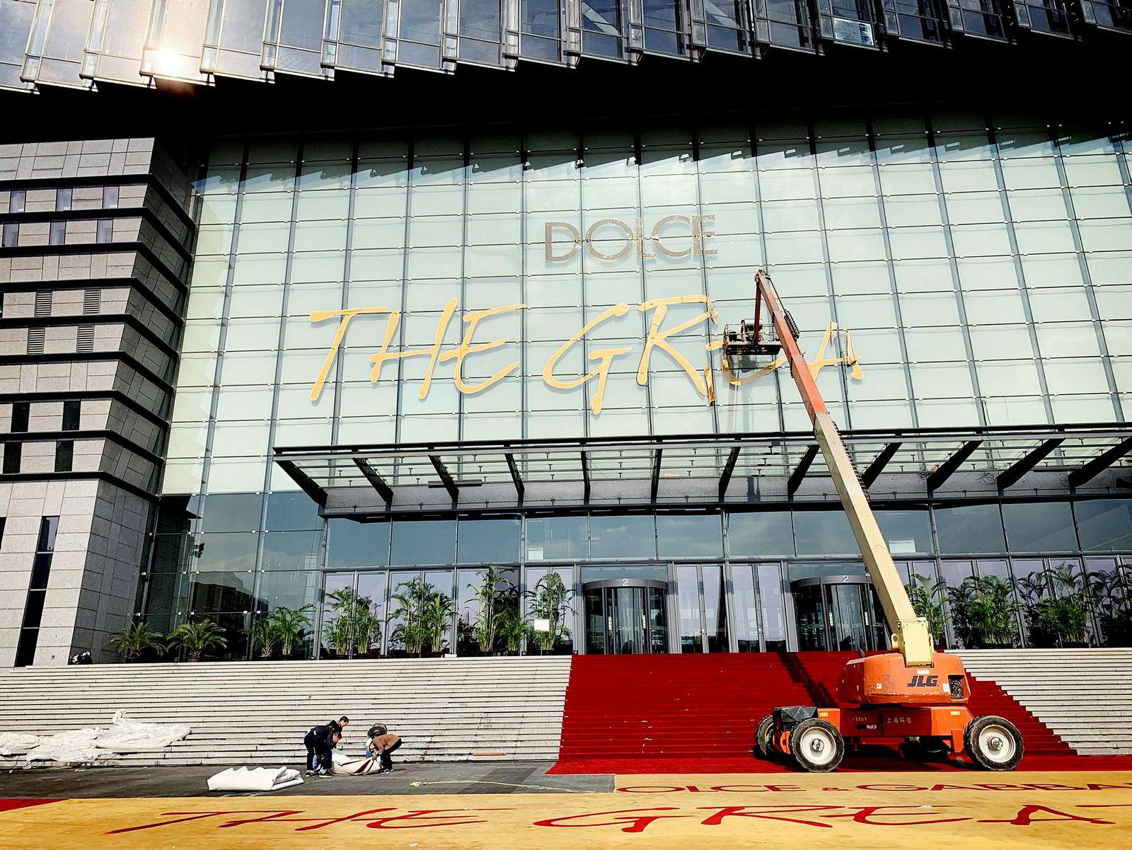 Fashionshowet «Dolce & Gabbana The Great Show» ble avlyst i Shanghai etter protester mot selskapets reklamekampanje, som ble sett på som rasistisk, og grunnleggerens uttalelser i en privat melding på det sosiale nettverksstedet instagram.