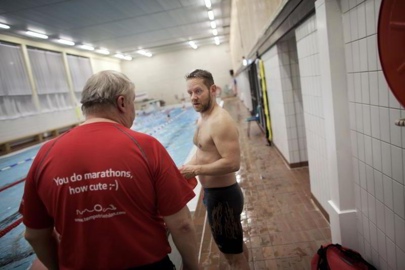 PÅ SVØMMETRENING: Hesselberg startet med svømmetrening for å bli klar til sitt første triatlon for tre år siden. FOTO: TOMAS ALF LARSEN