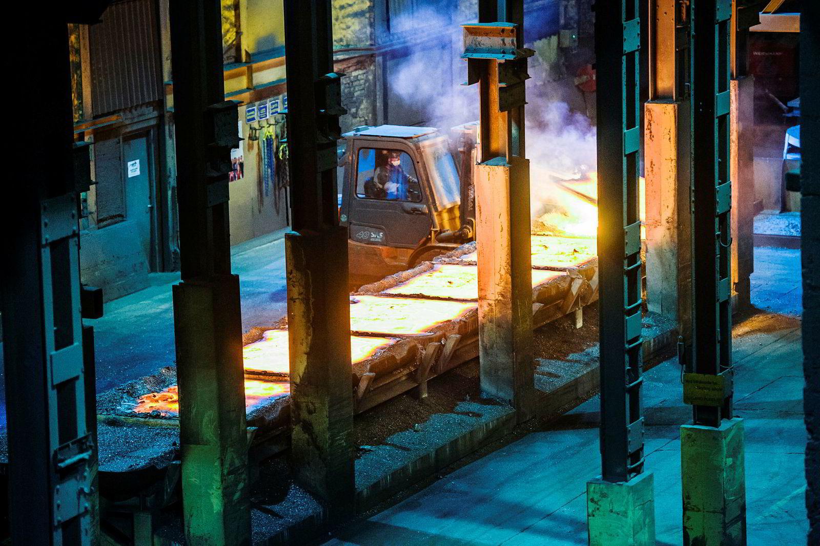 Elkem har 1250 ansatte i Norge. Bilde viser selskapets smelteverksvirksomhet i Thamshavn.