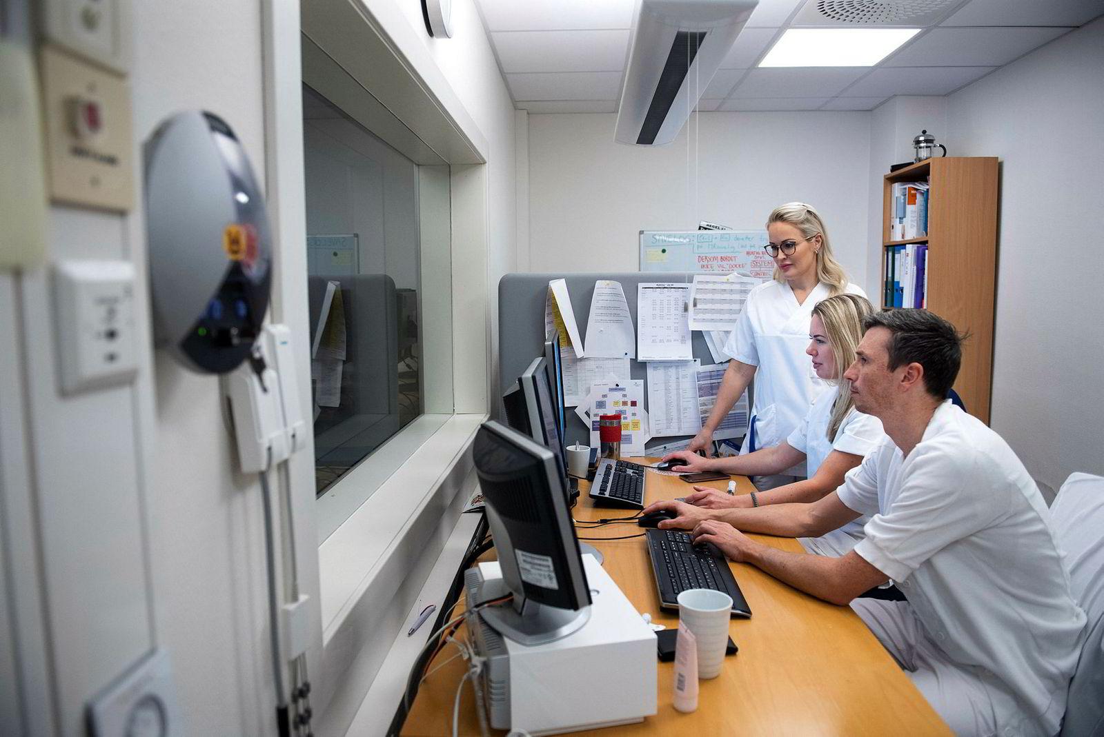 Stine Bøe Gundersen (bakerst) er en av lederne ved Diakonhjemmet sykehus som har en frivillig mentor. Her sammen med radiogrefene Lise Sellevold og Dag Sjølie.