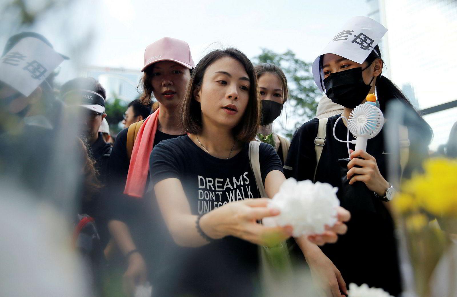 Demonstranter i Hongkong markerte søndag med en seremoni at siste ukes protester har kostet menneskeliv. Én av deres venner døde etter at han sist onsdag falt ned fra et stillas under voldelige demonstrasjoner i byen. Mange av protestene søndag var rettet mot politiets harde linje overfor demonstrantene.