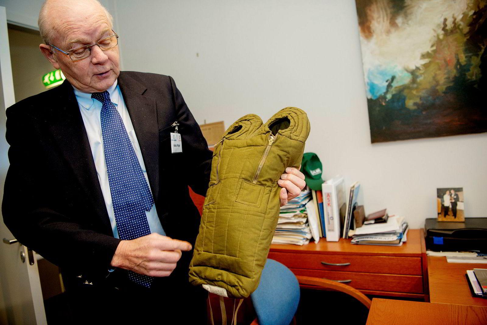 Styreleder og fjerdegenerasjons industriherre Hans Petter Fuglesang viser frem en modell av en ekspedisjonssovepose av den typen bedriften laget for Nansen i sin tid. Familiebedriften laget lenge Ajungilak-soveposene.