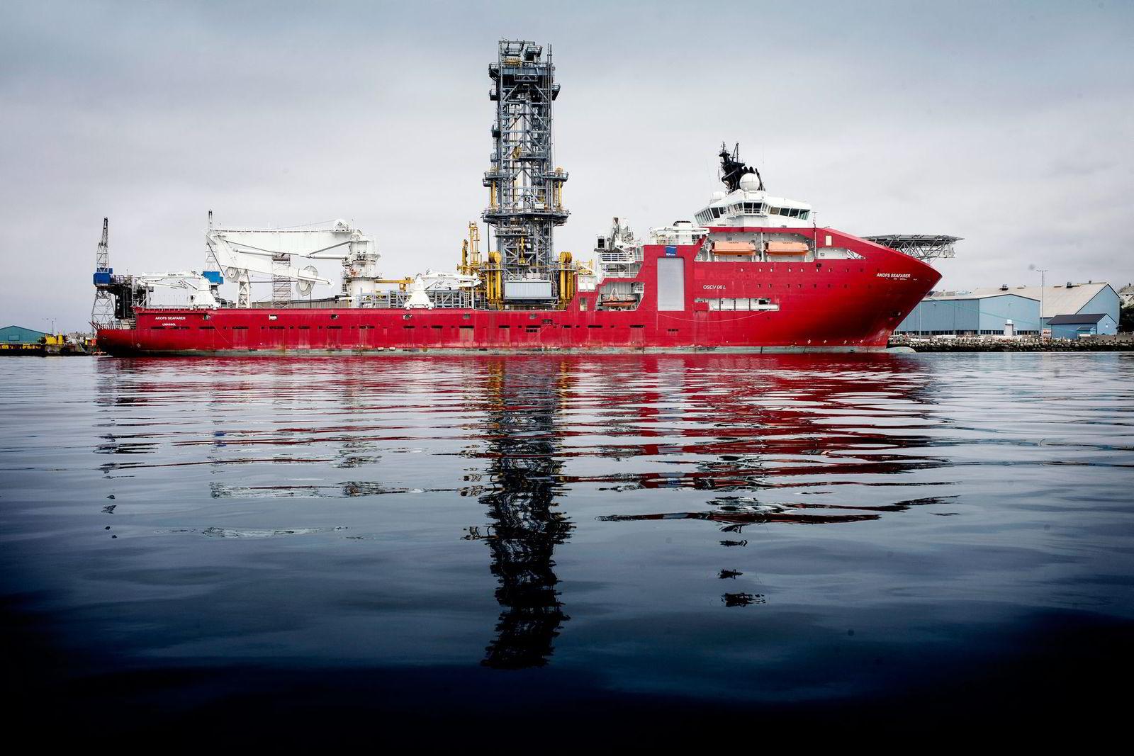 156,9 meter lange «Akofs Seafarer» ligger i Karmsundet ved innseilingen til Haugesund.