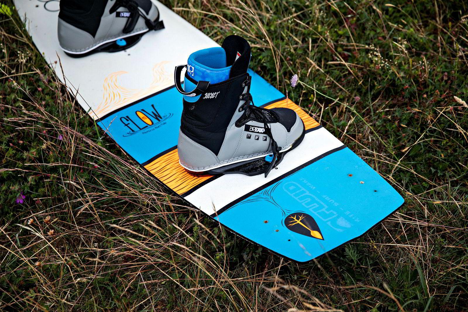 Det finnes ulike bindingsløsninger, men flere går for varianten der skoene er skrudd fast i brettet.