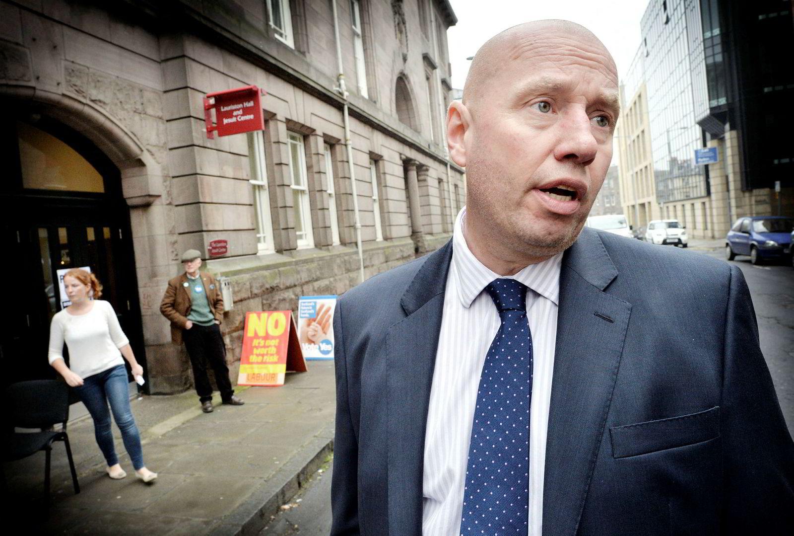 Storbritannia-ekspert Jan Erik Mustad, her utenfor et valglokale i sentrum av Edinburgh.