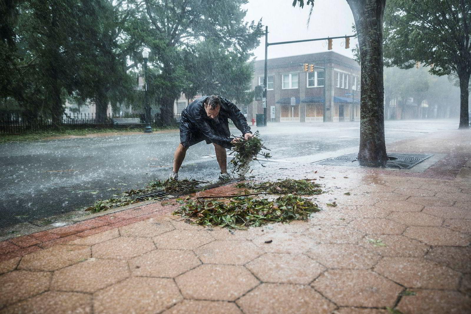 David Chigeres prøver å få vannet vekk fra eiendommene han eier. Byen New Bern er hardt rammet.
