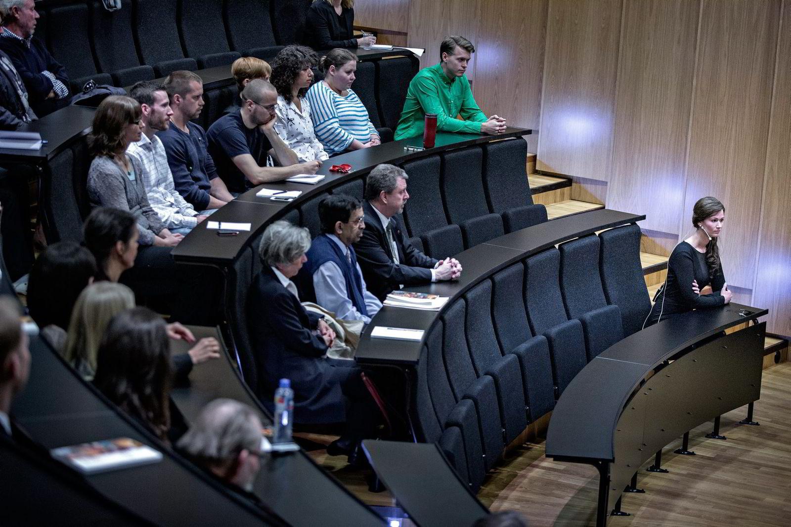 HJERNEN ER ALENE. Komiteen som skal bedømme arbeidet til Kaja Nordengen (fremst) sitter på andre rad, og består av professorene Emilia Kerty, Aryan Namboodiri og Jonas Broman.
