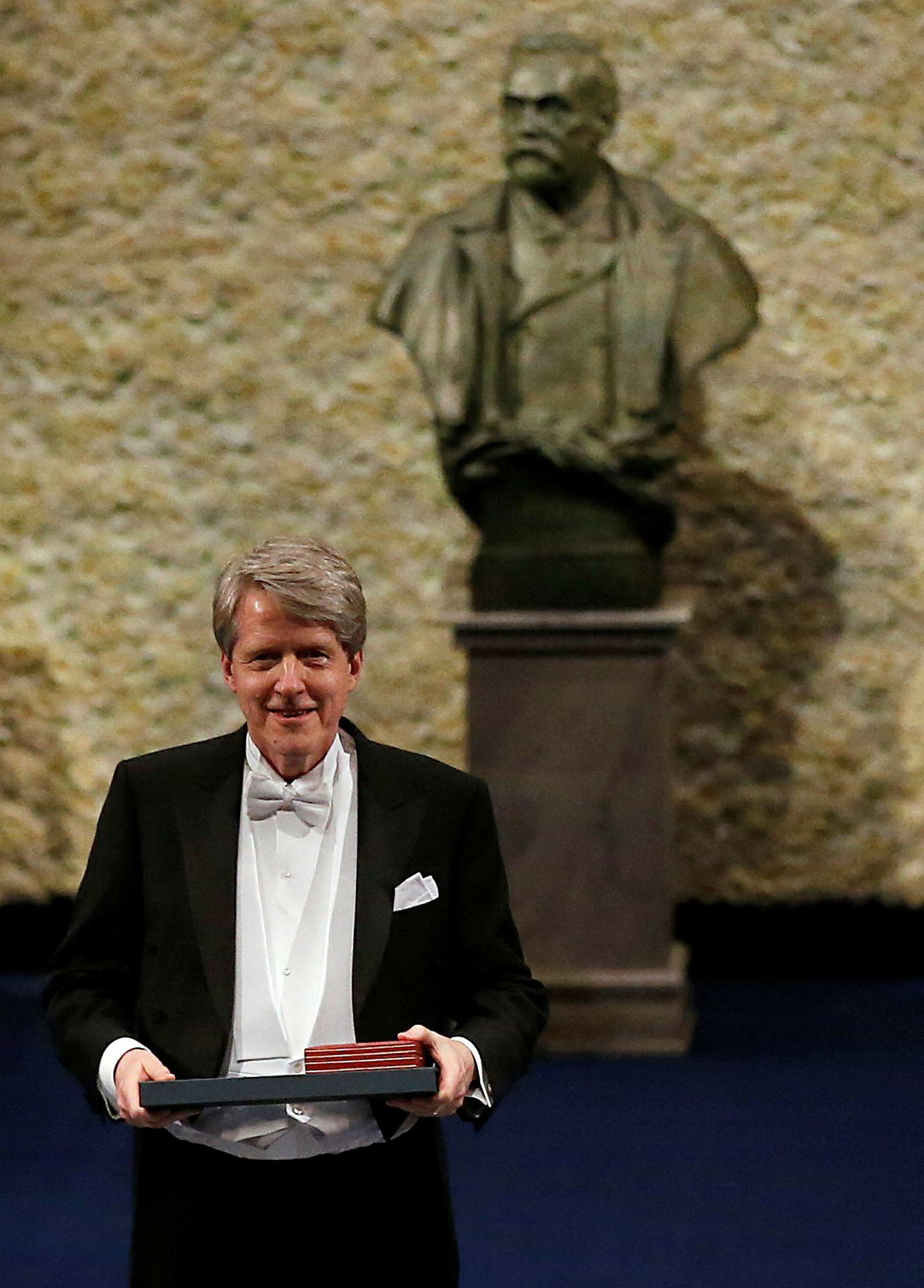 Den amerikanske økonomen Robert Shiller mottar her Nobels minnepris i økonomi. Han ble tildelt prisen sammen med Lars Peter Hansen og Eugene Fama i 2013 for deres arbeid med«empirisk analyse av finansielle aktiviteter».