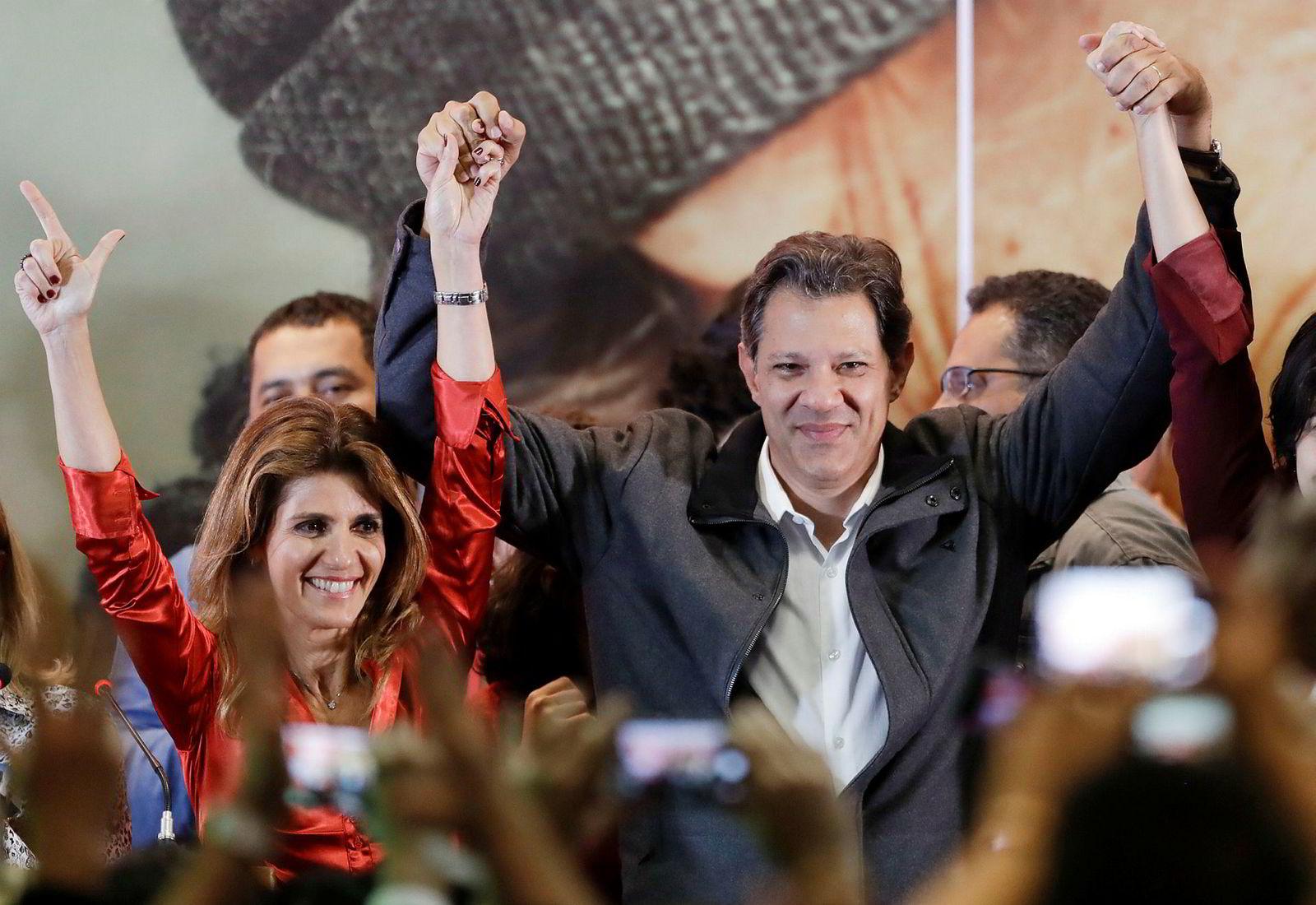 Fernando Haddad fra Arbeiderpartiet (pt) og hans kone Ana Estela Haddad jublet etter søndagens valgresultat. Haddad fikk 29 prosent av stemmene.